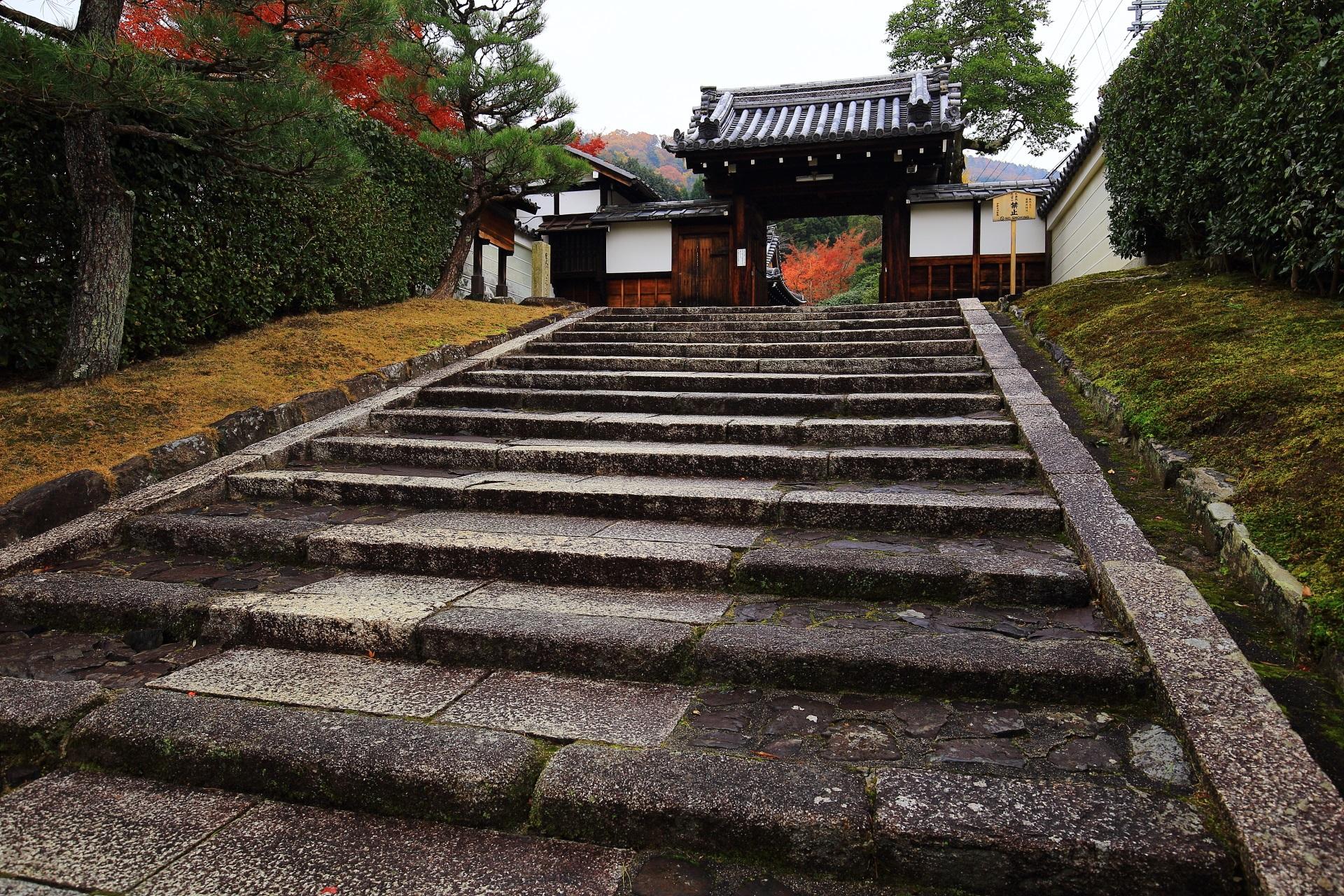 霊鑑寺の山門と奥に見える紅葉