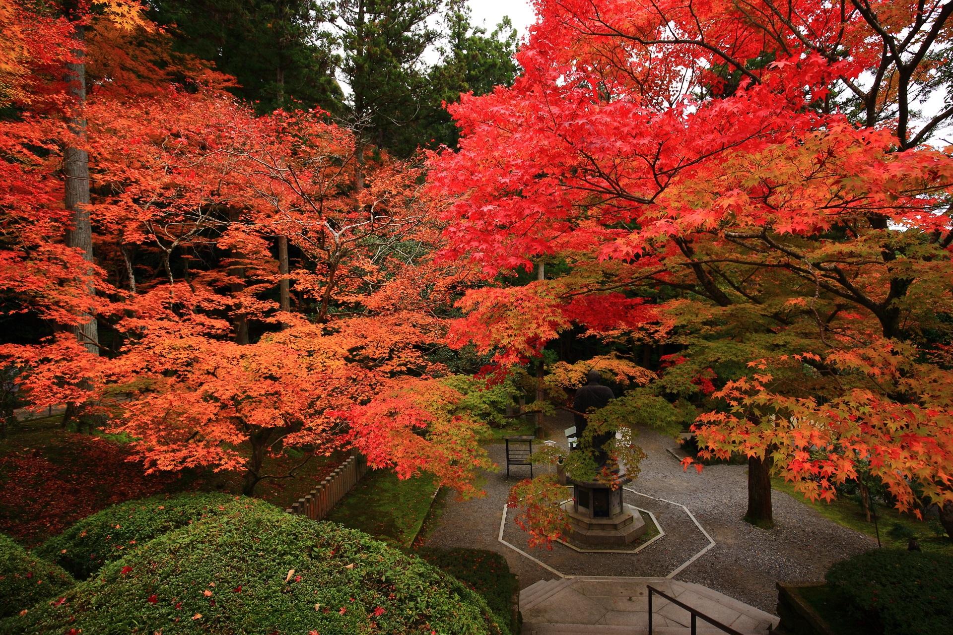 色とりどりの鮮やかな紅葉につつまれる子護大師