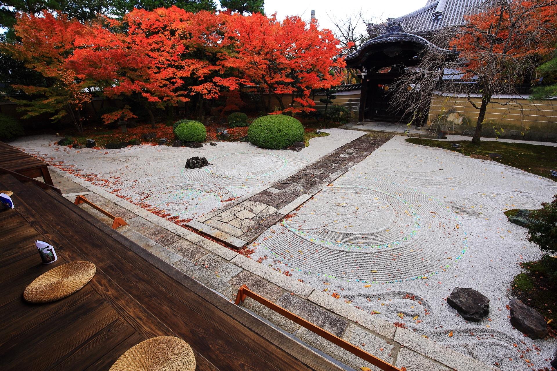 妙顕寺の上品な庭園を彩る燃えるような紅葉