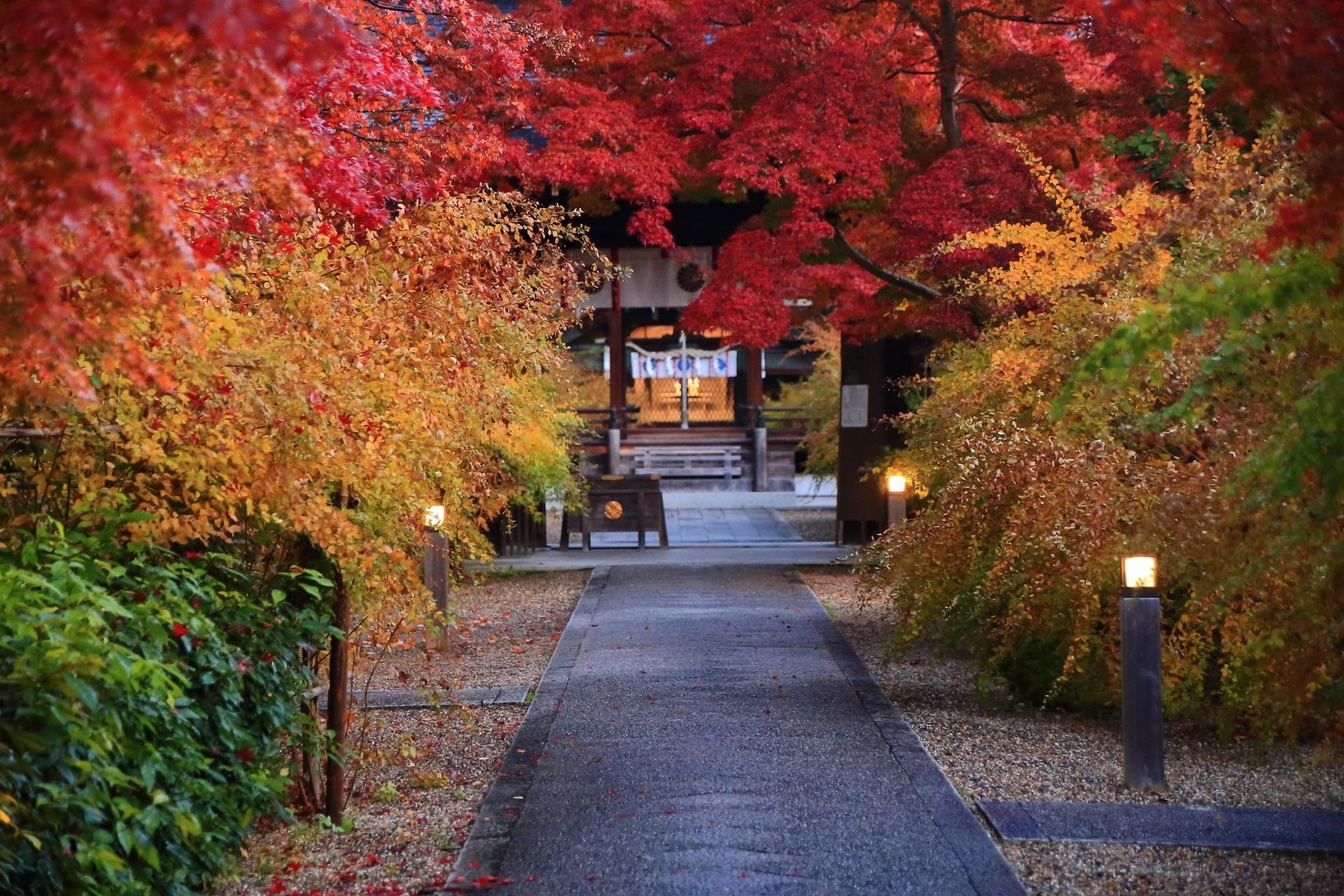 梨木神社のお互い引き立てあうオレンジの萩と赤い紅葉