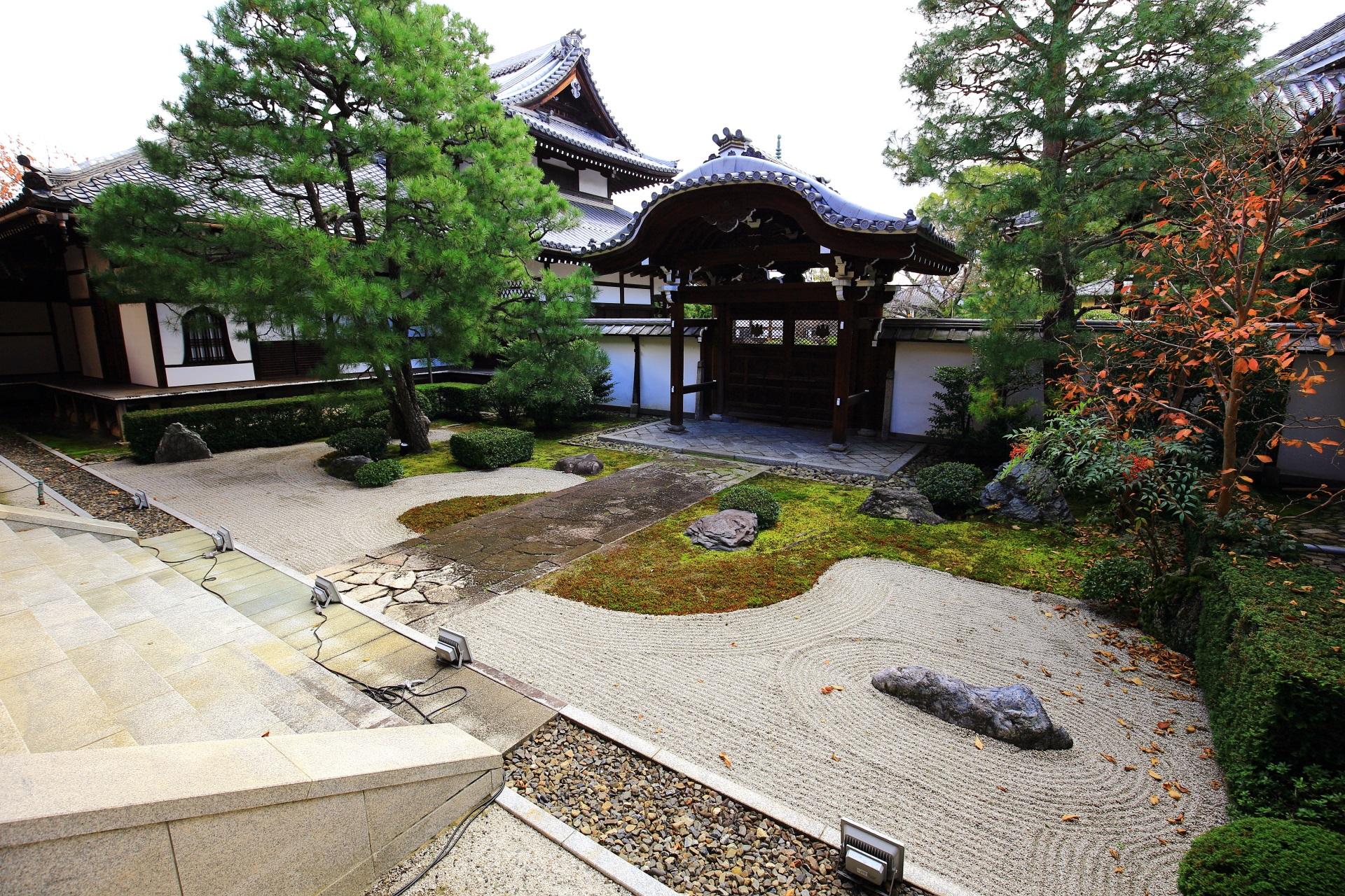 常緑の木々が多い本法寺の秋の十(つなし)の庭