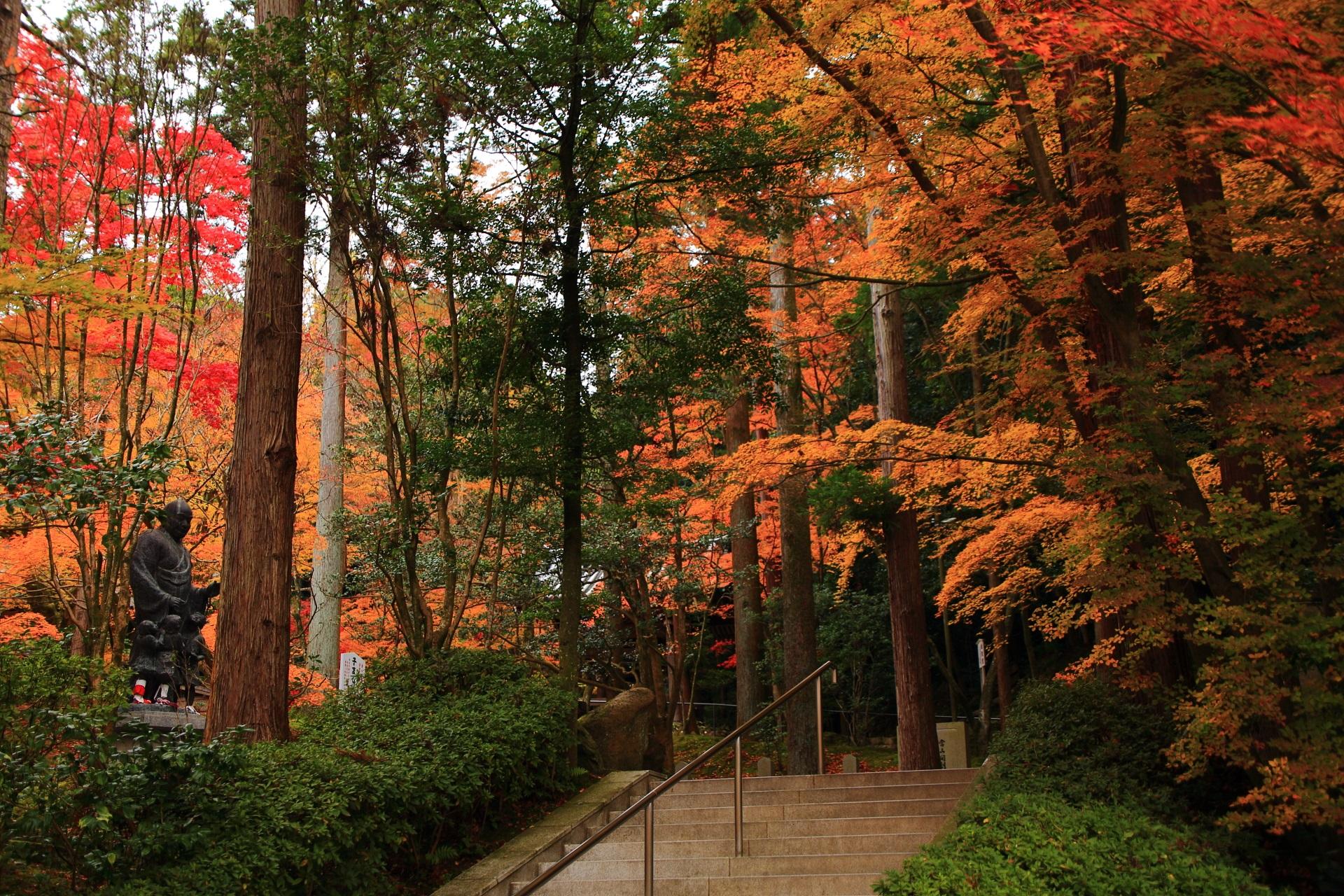 遠めから眺めた子護大師と周囲の紅葉