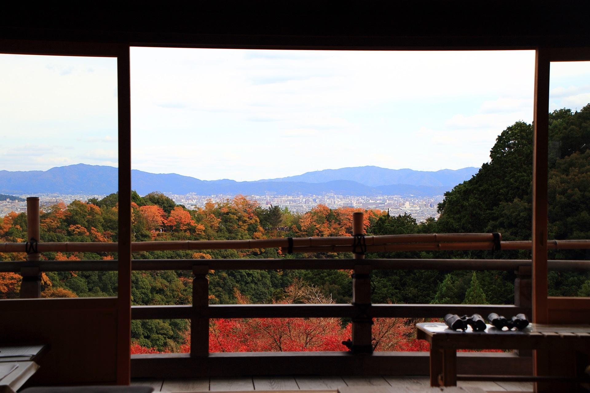 大悲閣千光寺の客殿から眺めた紅葉や山々と京都市街