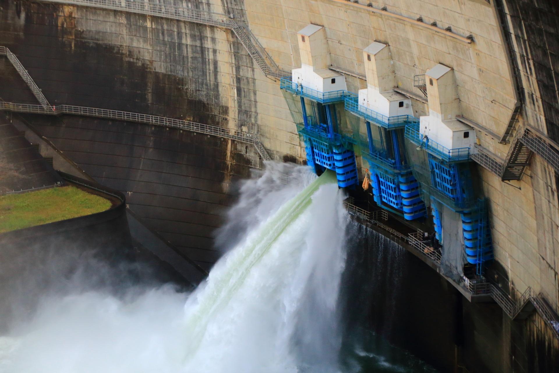 物凄い音と勢いの天ヶ瀬ダムの放流