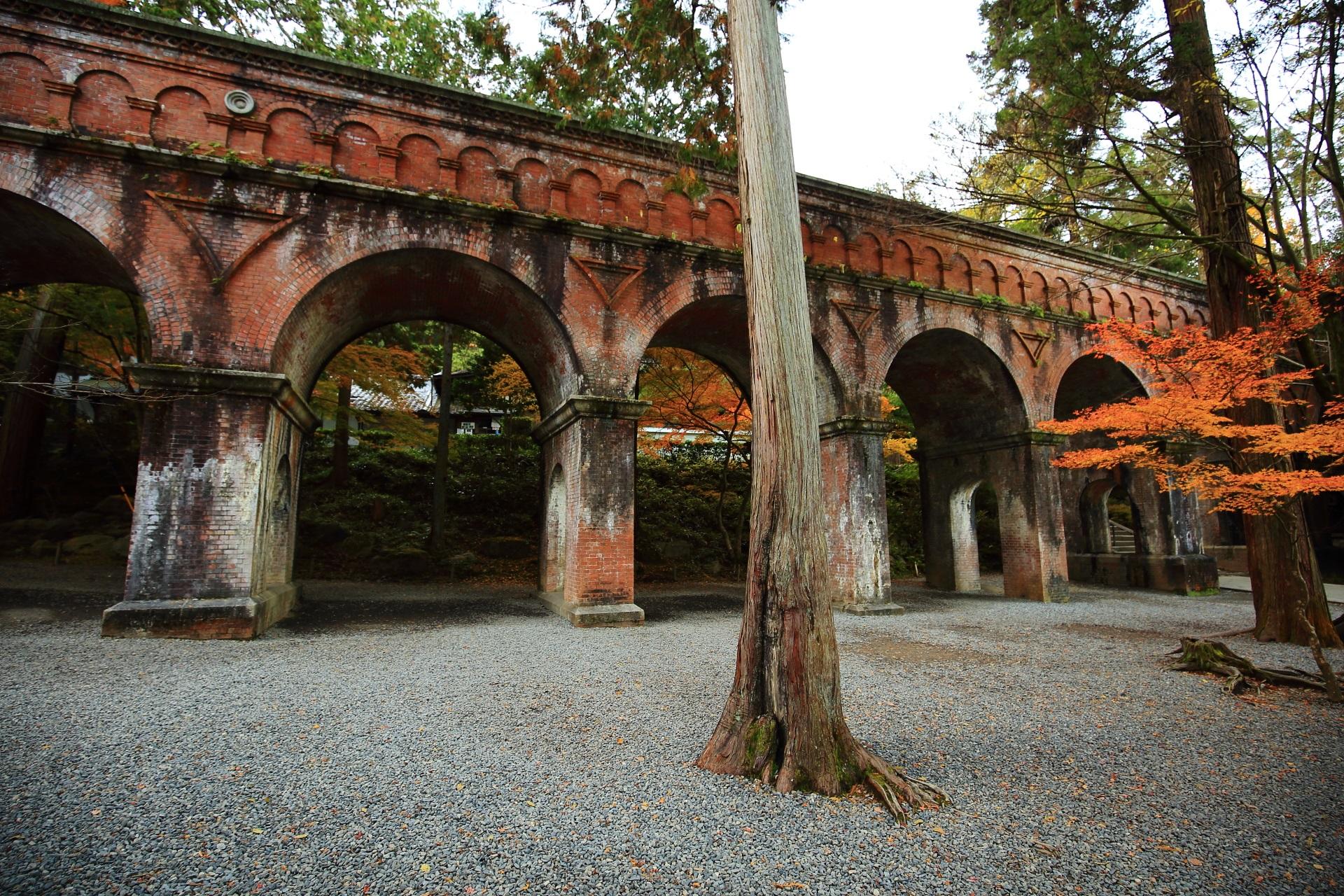 秋の紅葉に染まるレトロな水路閣