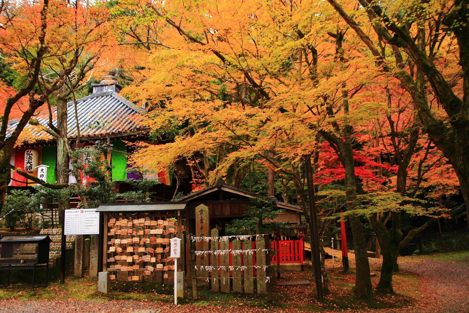 深い秋色につつまれて佇む大師堂や稲荷社や熊野権現社