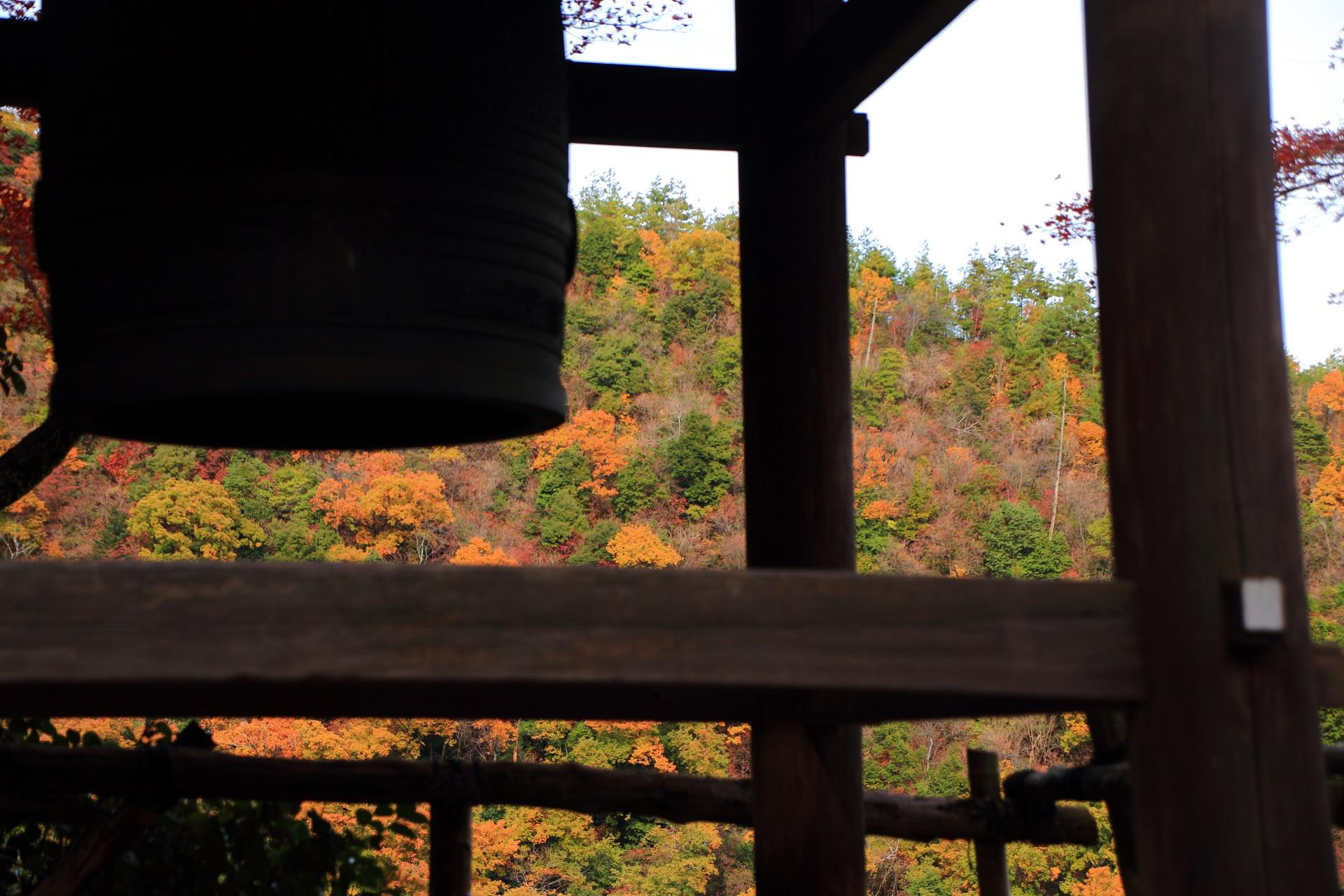 大悲閣千光寺の鐘楼から見える対岸の嵐山の紅葉