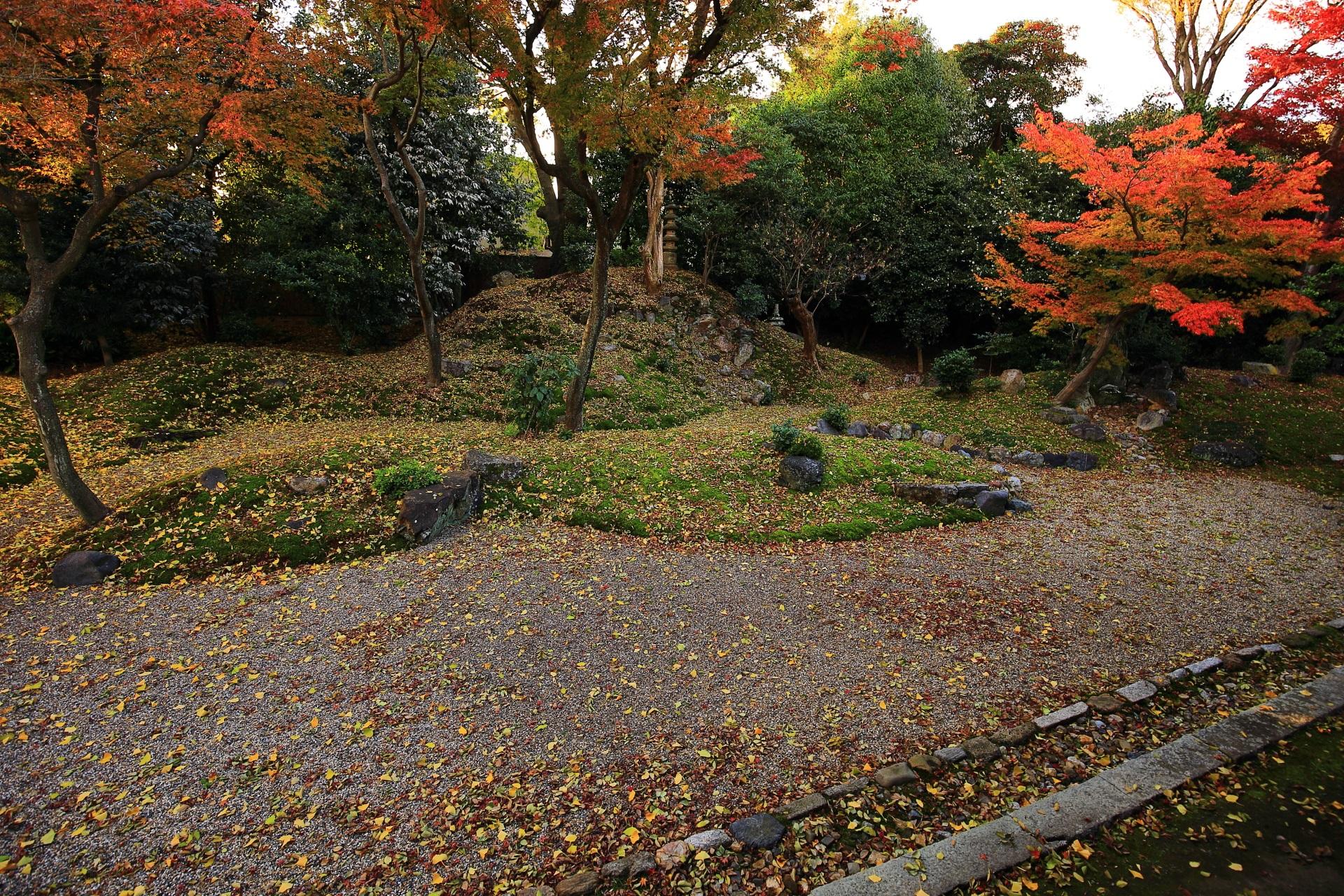 客殿西側の秋の彩りにつつまれた龍華苑