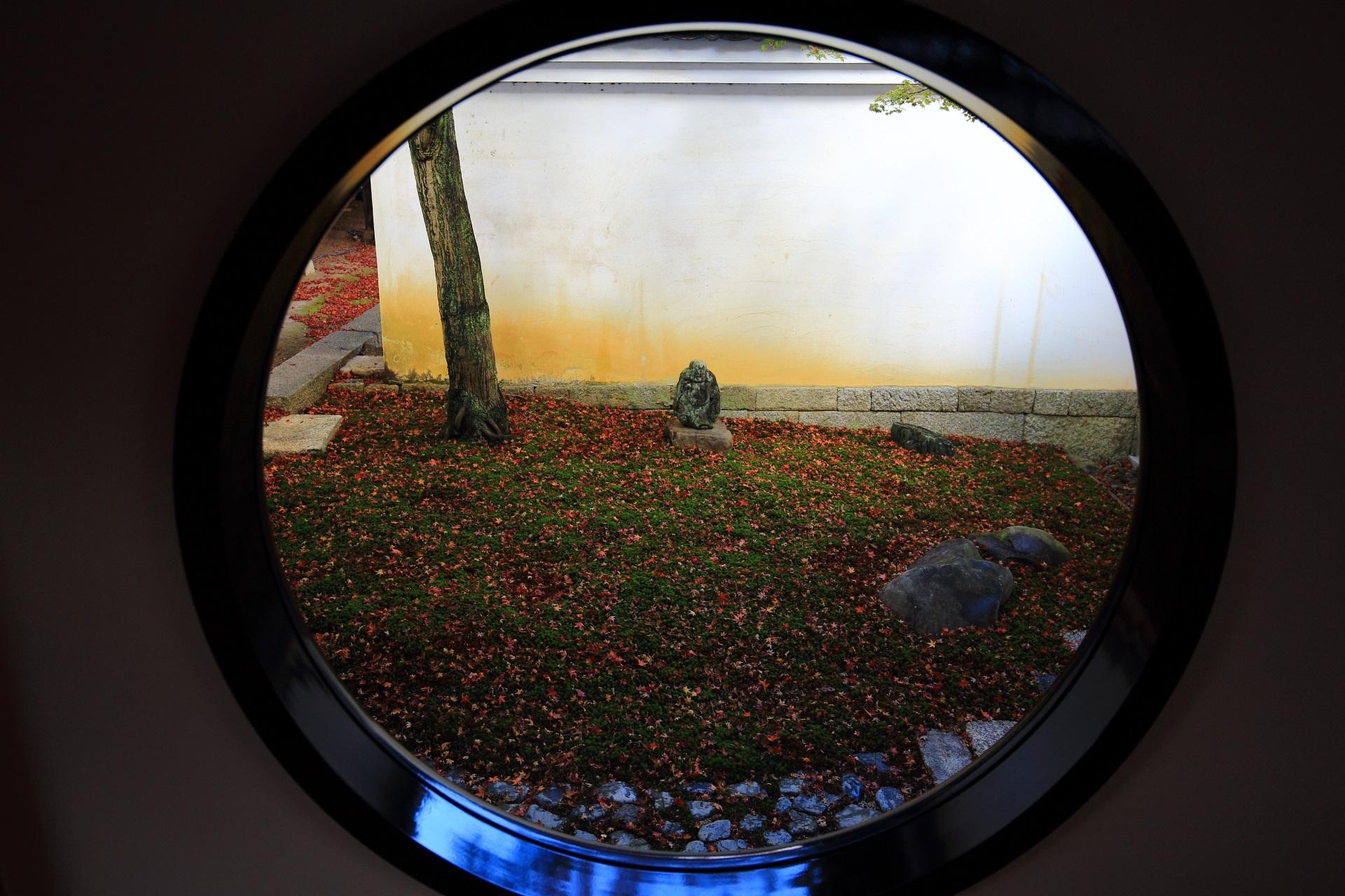 妙覚寺の玄関付近の丸窓から見える風情ある箱庭