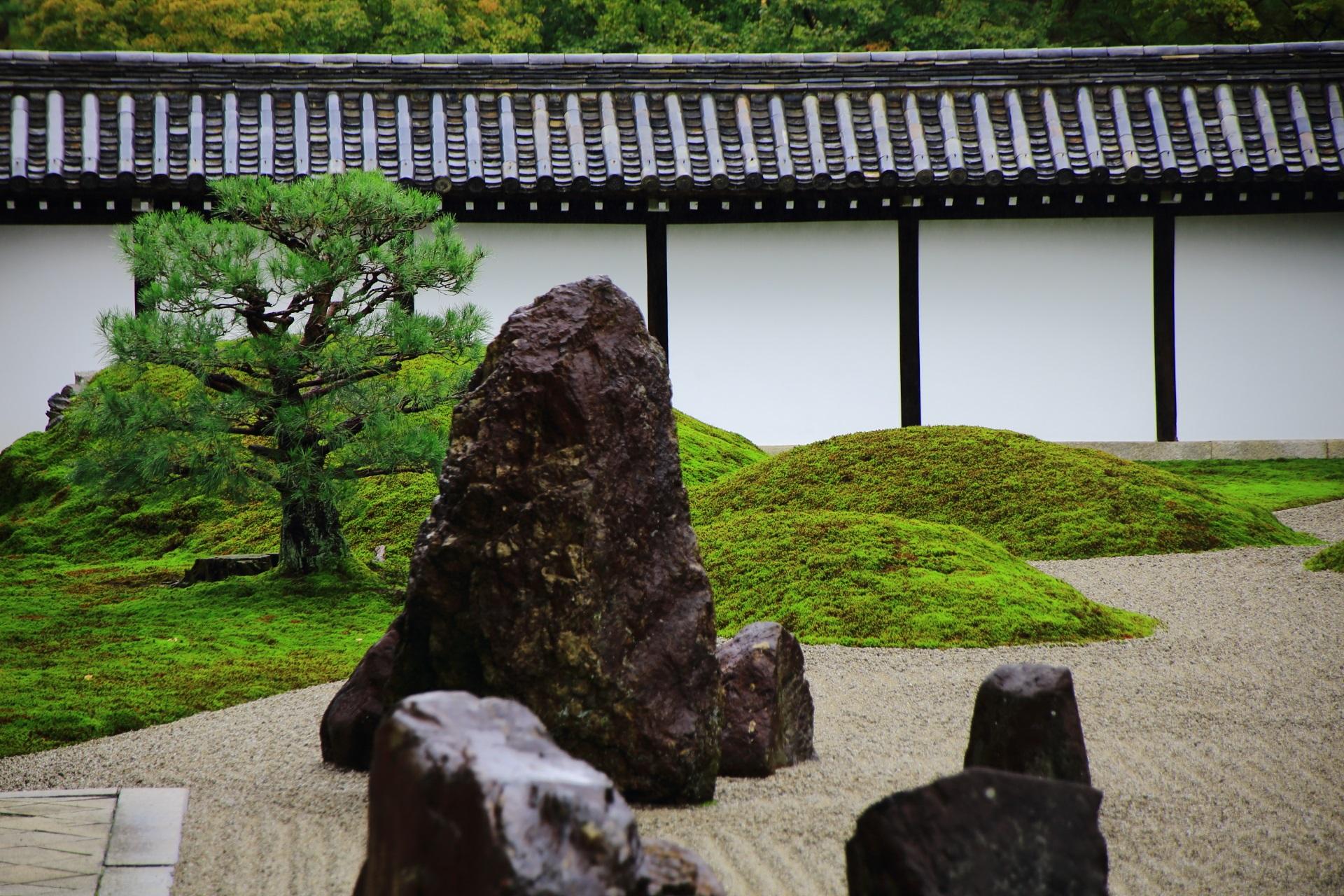 巨岩と苔の東福寺方丈南庭
