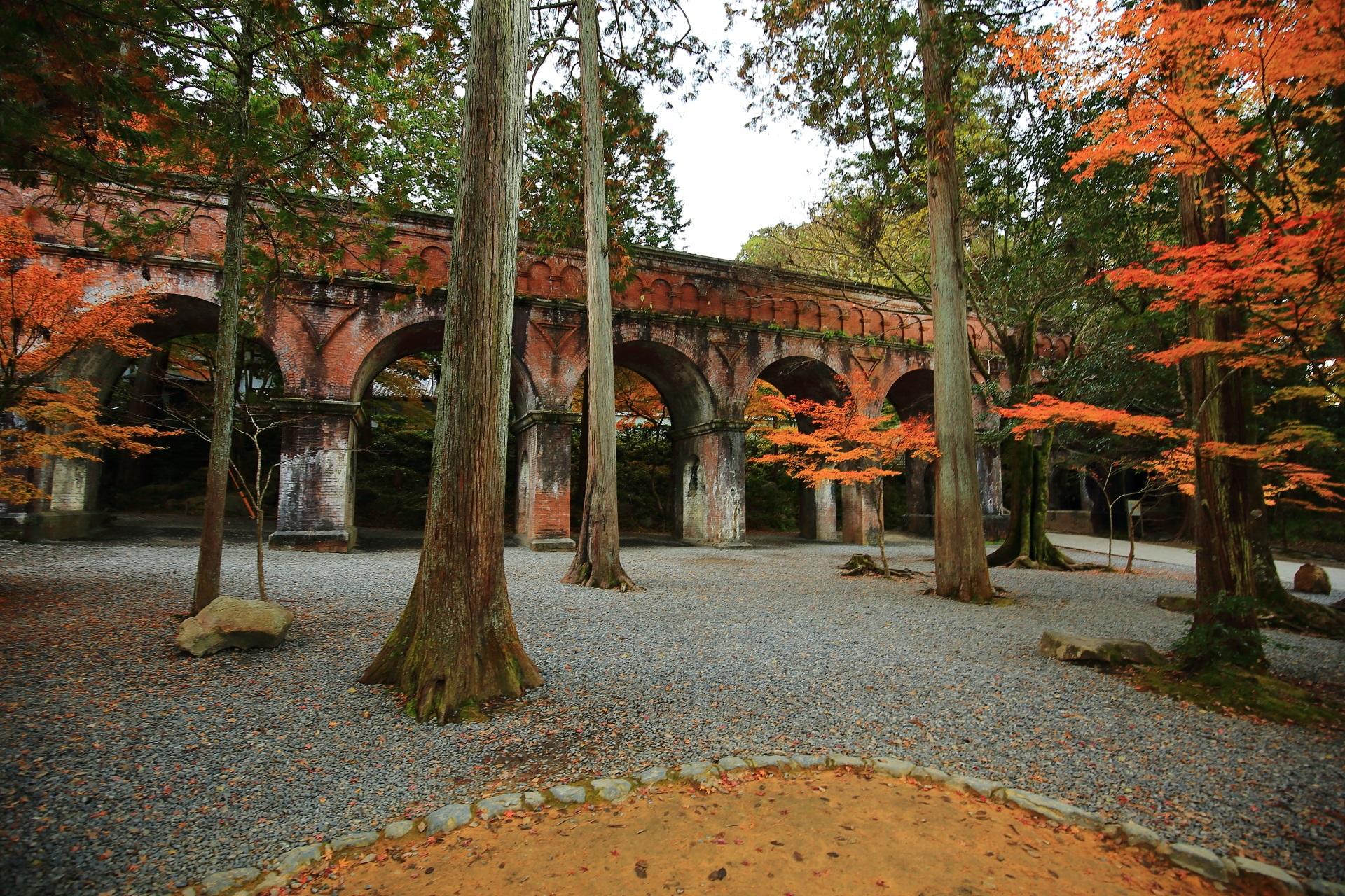 水路閣と紅葉の極上の秋の空間