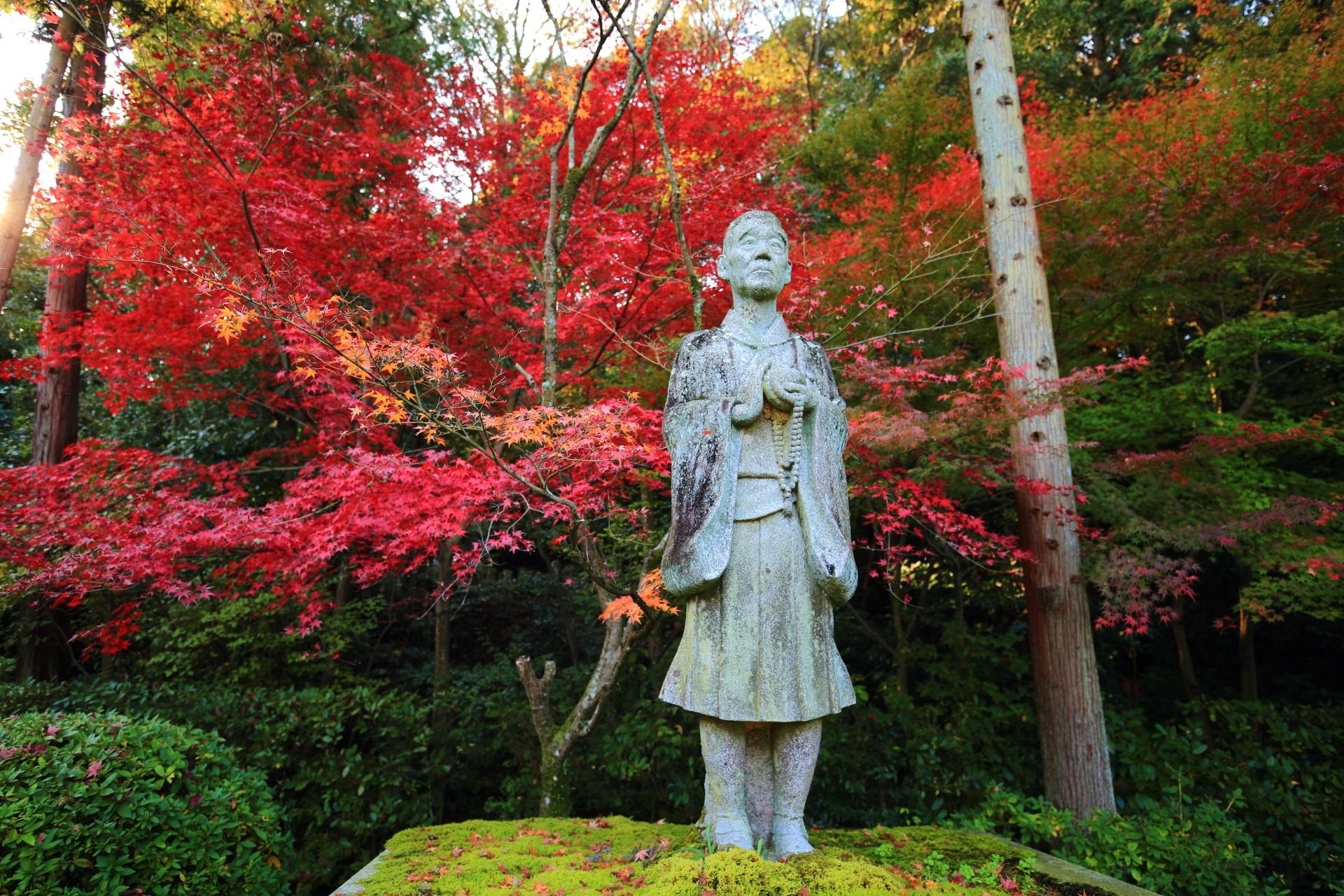 一休像と赤い紅葉