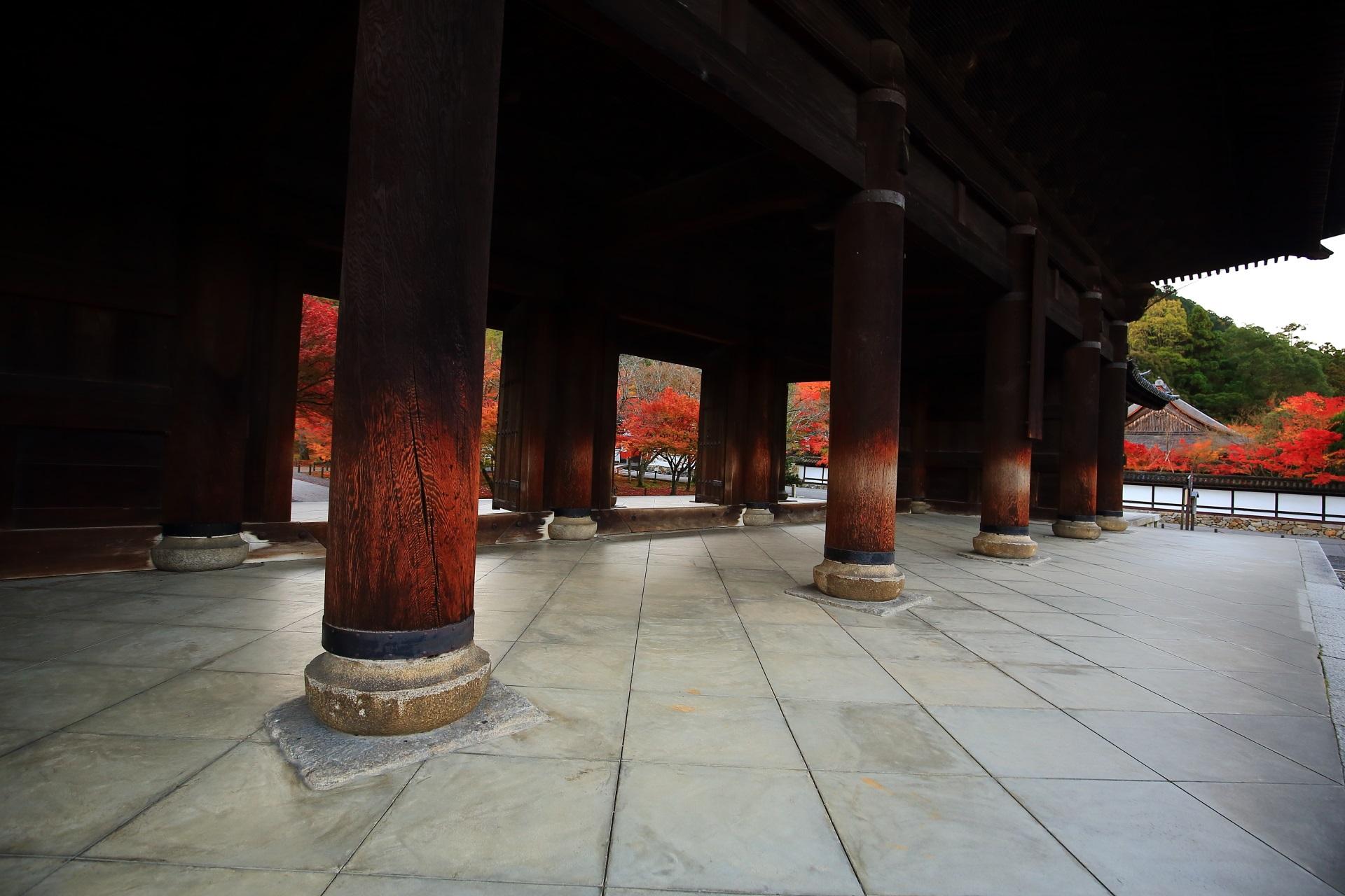 三門下から眺める境内や天授庵の紅葉