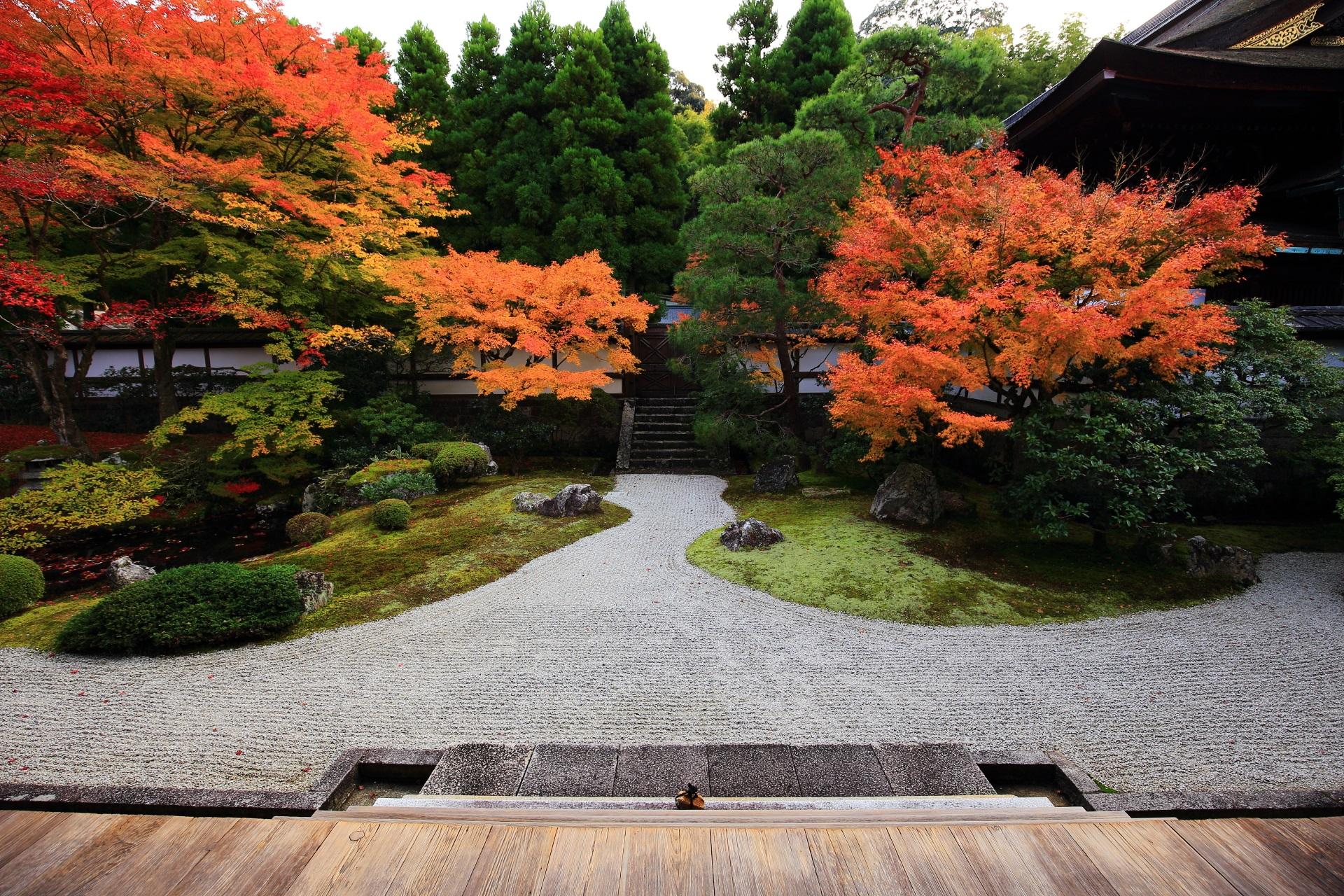 秋色にそまった御座所庭園(ござしょていえん)
