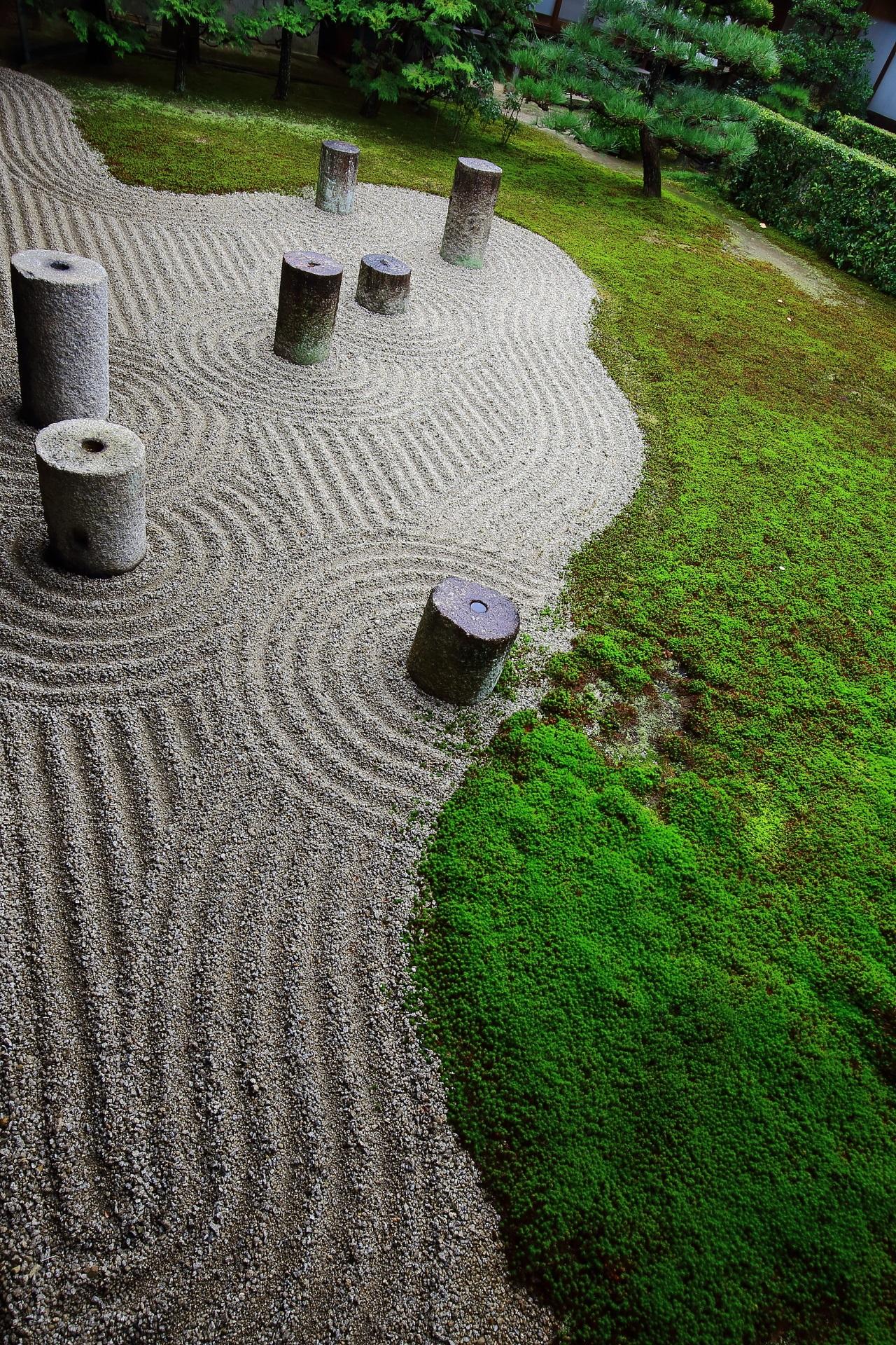 石の円柱で北斗七星を表す東福寺の庭園