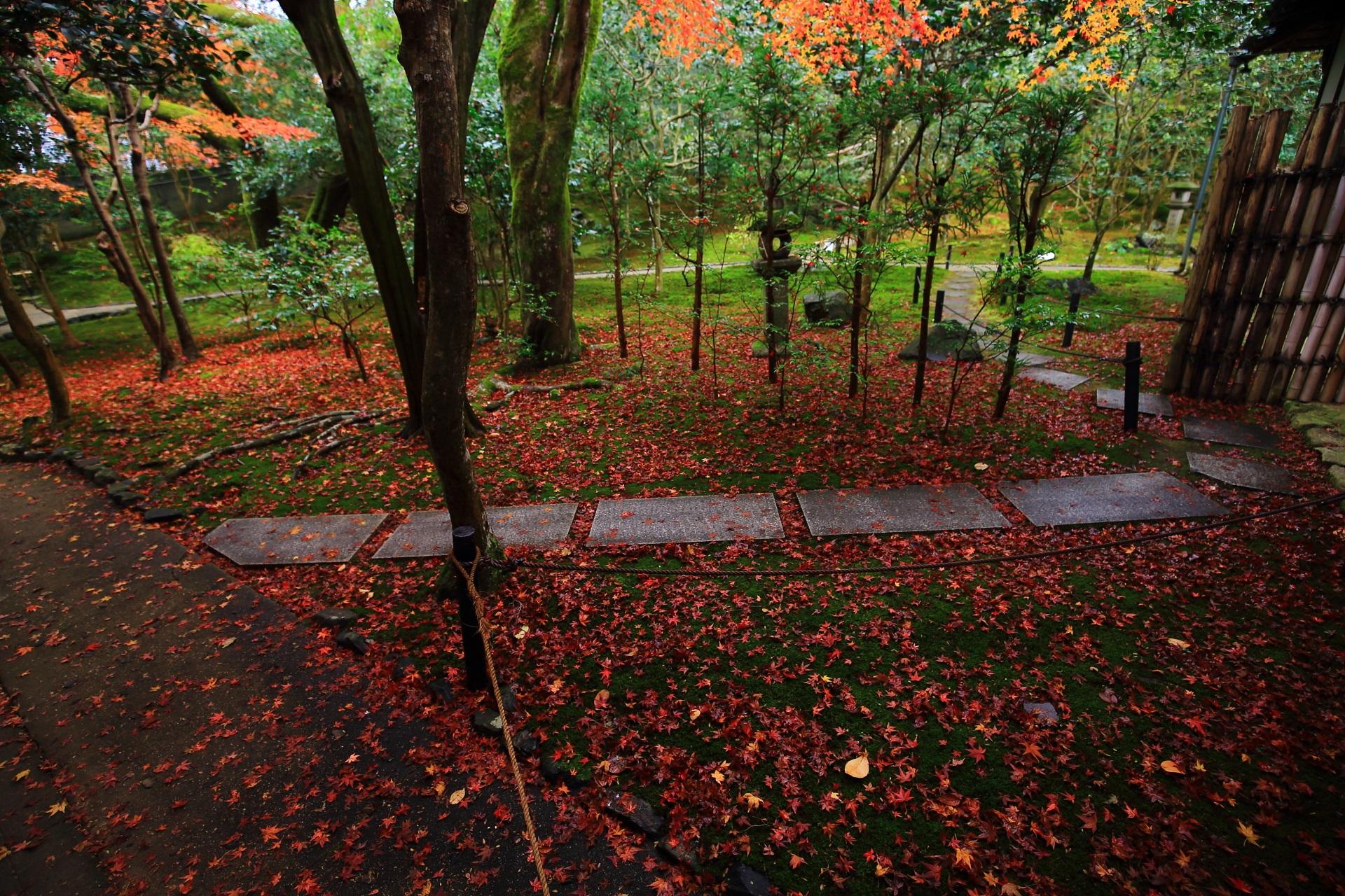 石の参道が取り巻く苔の庭園
