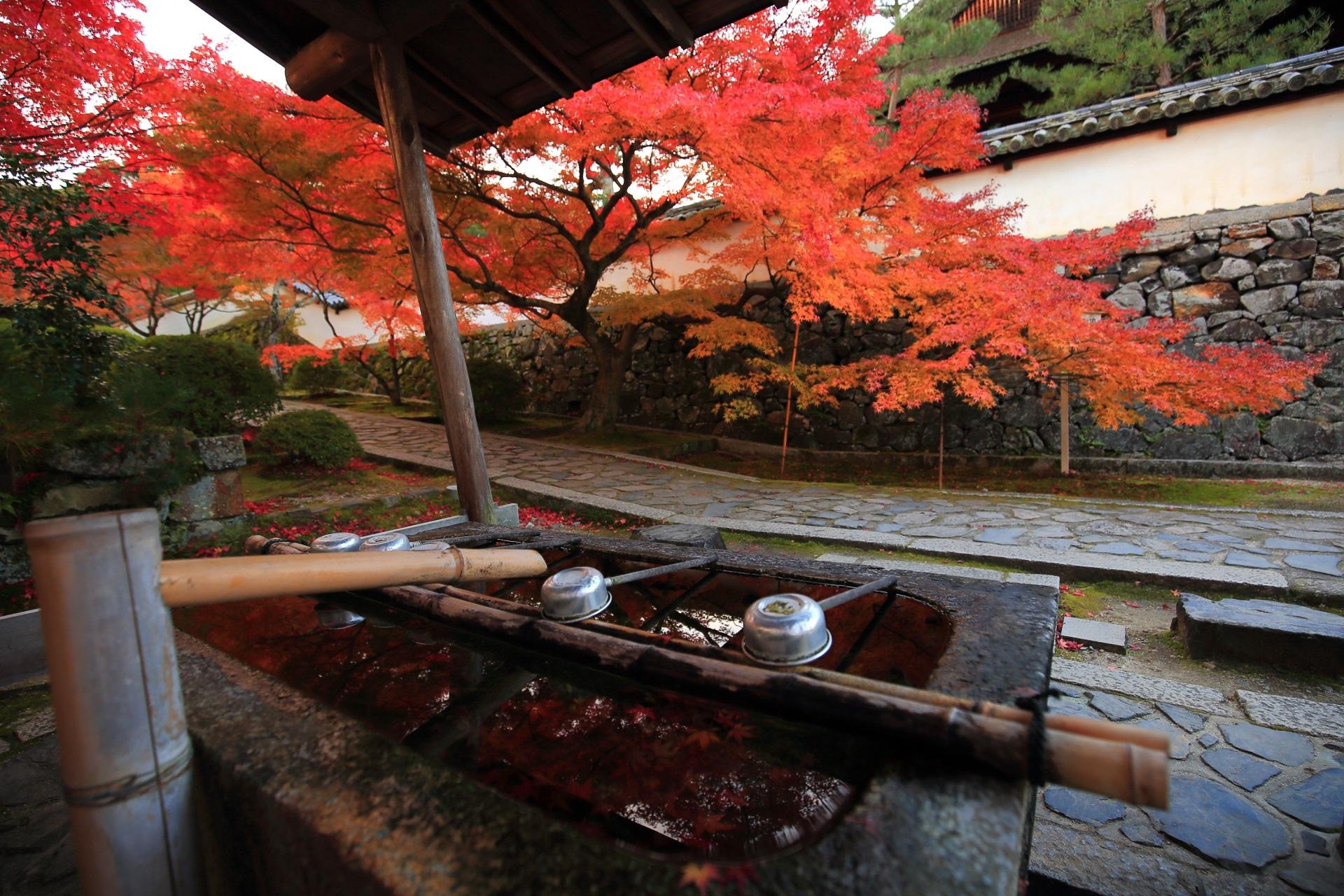 一休寺の手水舎と風情ある紅葉