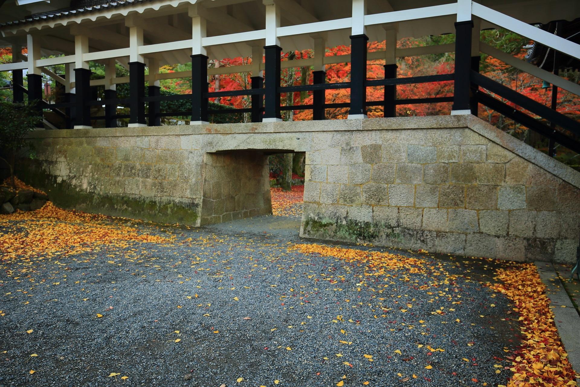 南禅寺の回廊の白と黒の柱に映える色とりどりの鮮やかな紅葉