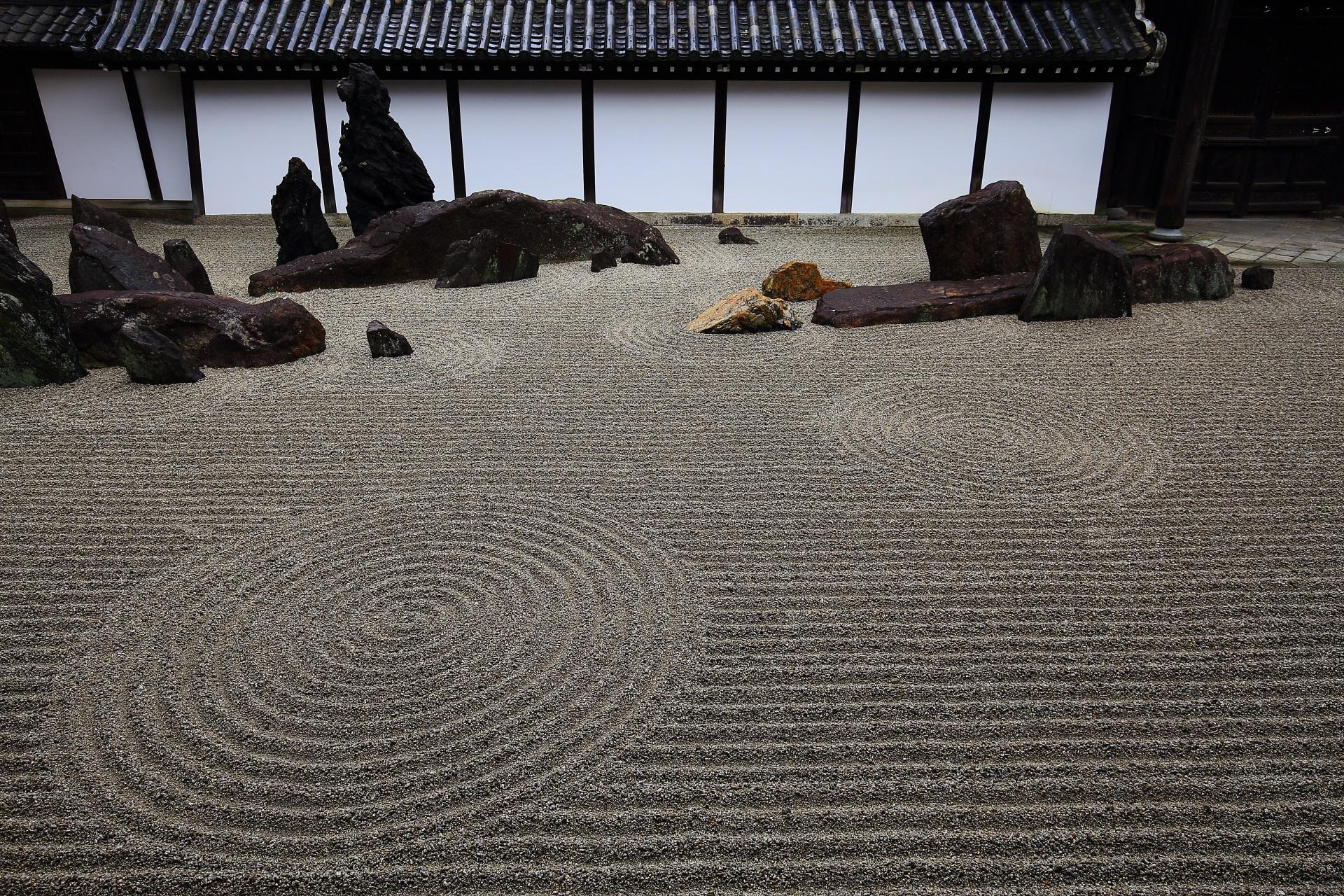 東福寺の巨岩と砂の方丈前庭園