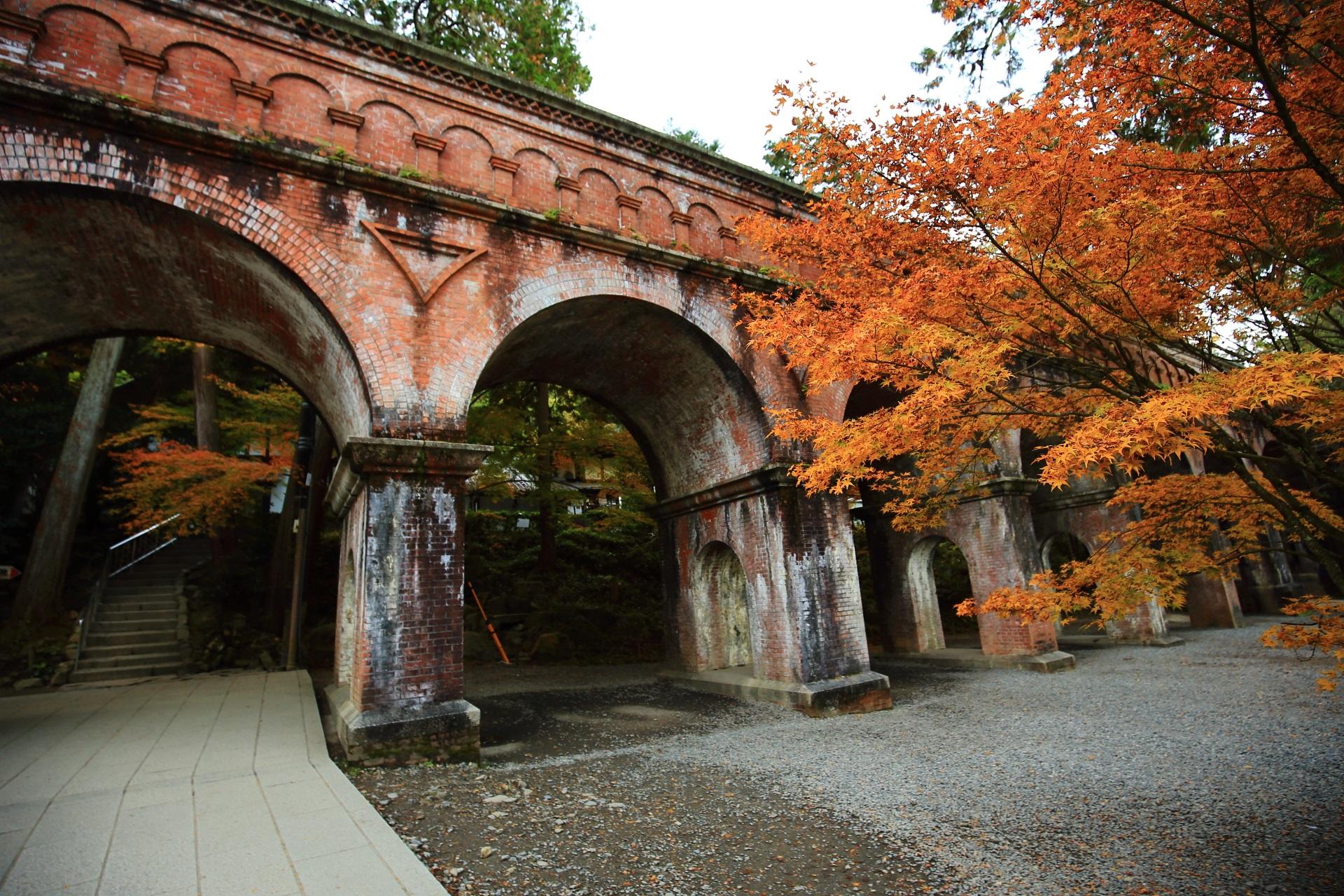 煉瓦造りの水路閣を彩るオレンジの紅葉