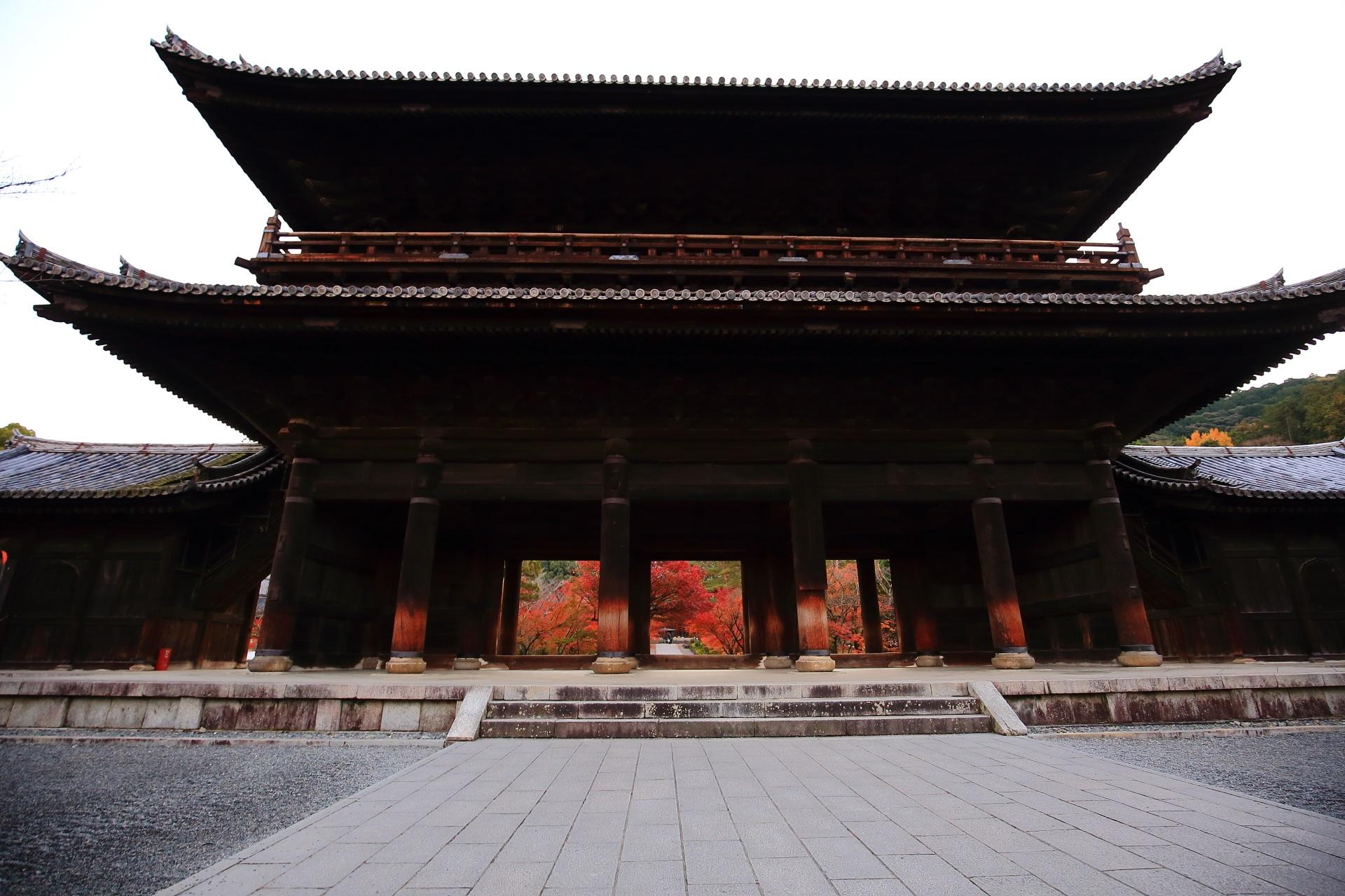 南禅寺の雄大な三門と奥に見える紅葉