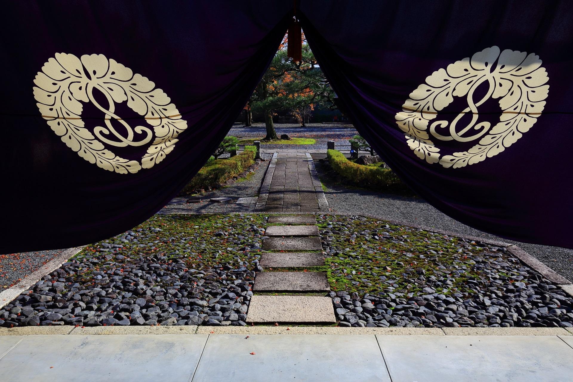 妙覚寺の玄関から眺めた参道