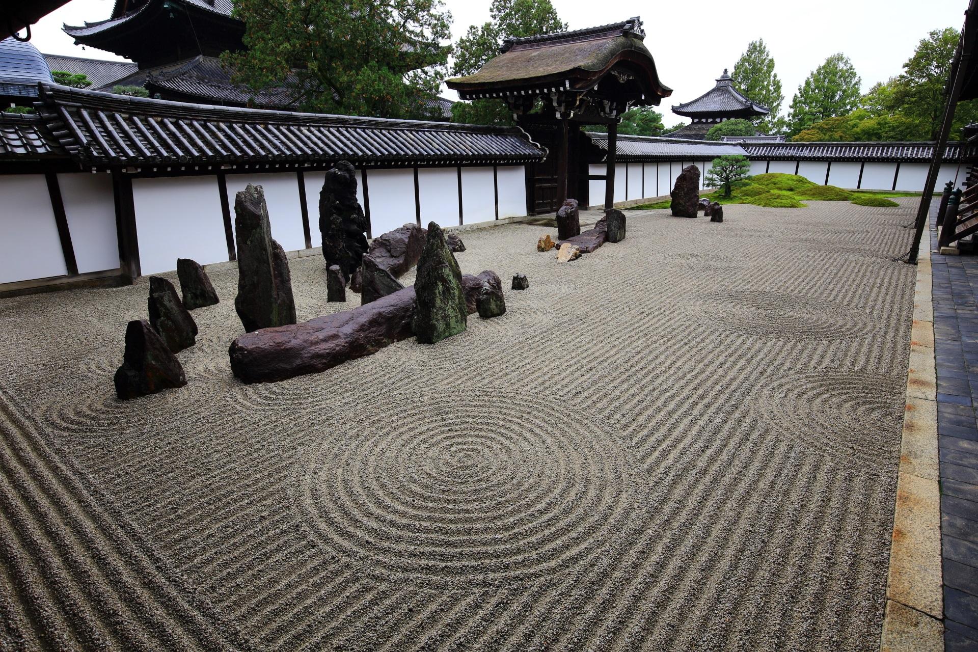 砂と岩と苔の東福寺の南庭