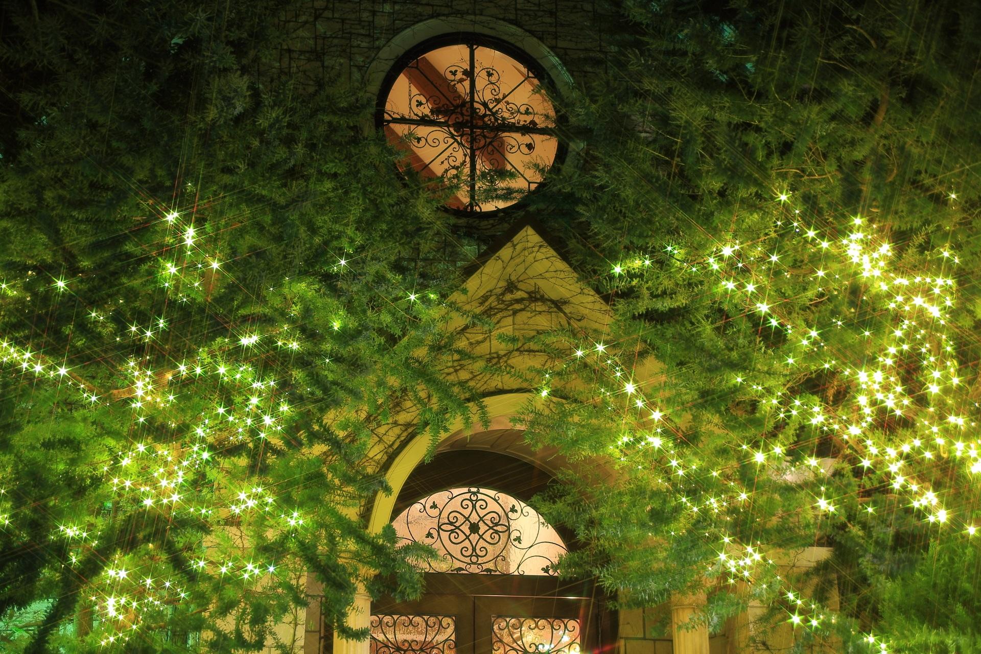 教会の窓と煌びやかな輝き