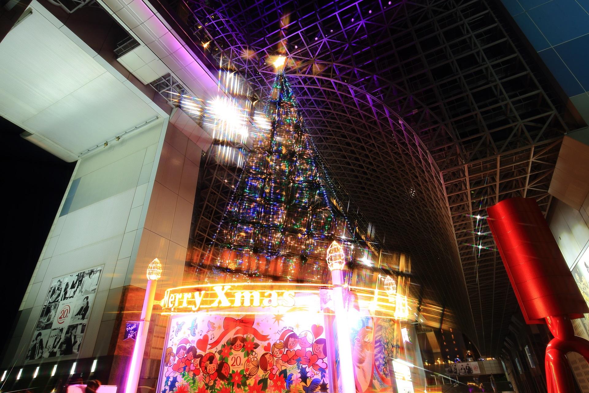 22メートルある駅ビルのクリスマスツリー