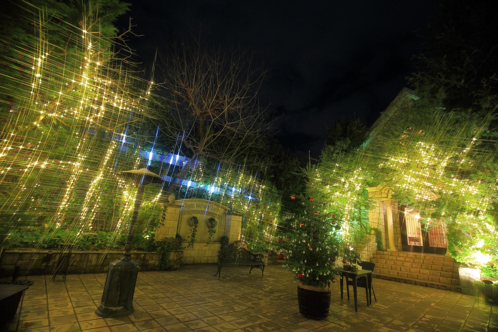 教会の庭園の幻想的なイルミネーション