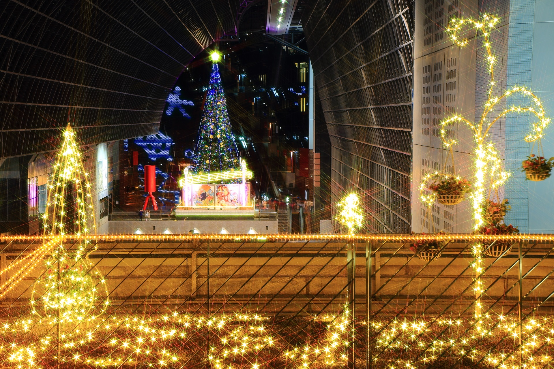 手前のイルミネーションとクリスマスツリー