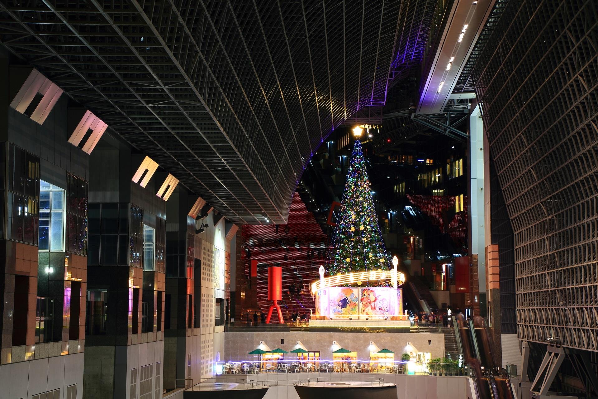 室町小路広場の巨大クリスマスツリー