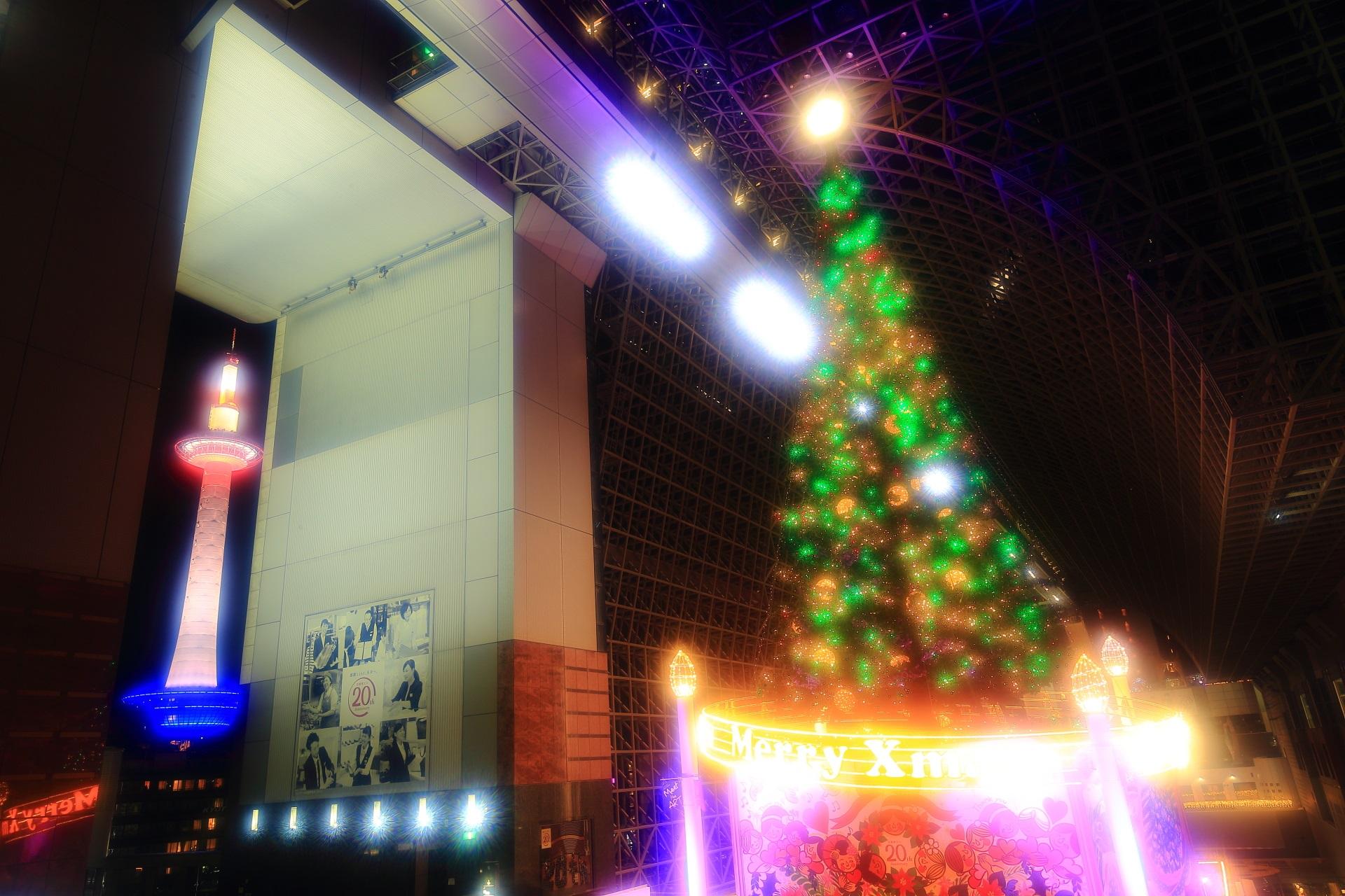 幻想的なクリスマスツリーと京都タワー
