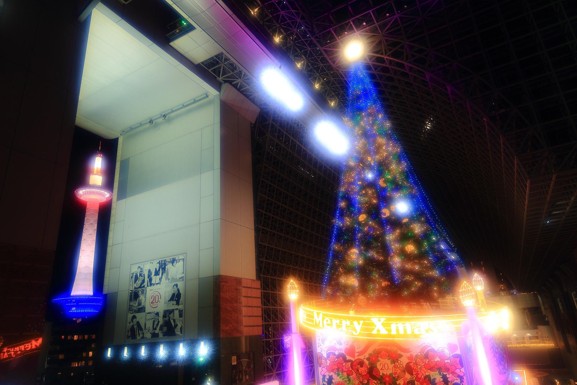 色んな色に変化する駅ビルのクリスマスツリー