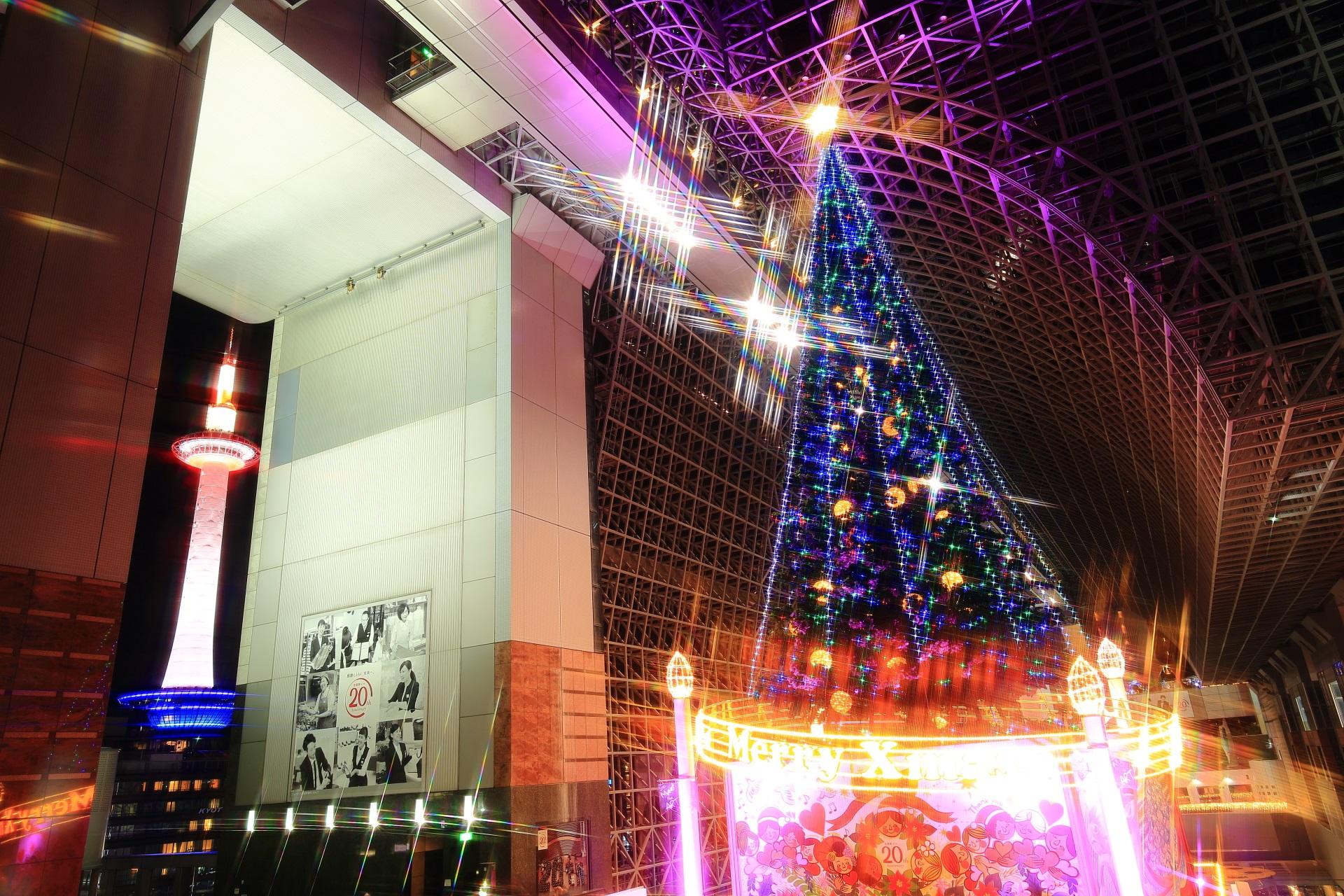 高画質 駅ビル クリスマスツリー 写真