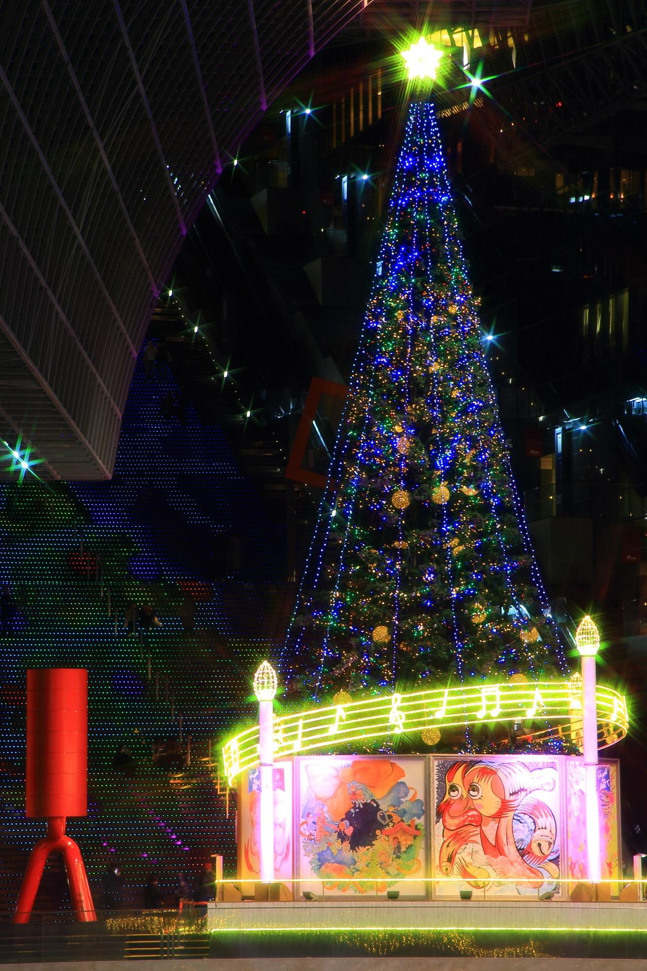 遠目から眺める駅ビルのクリスマスツリー