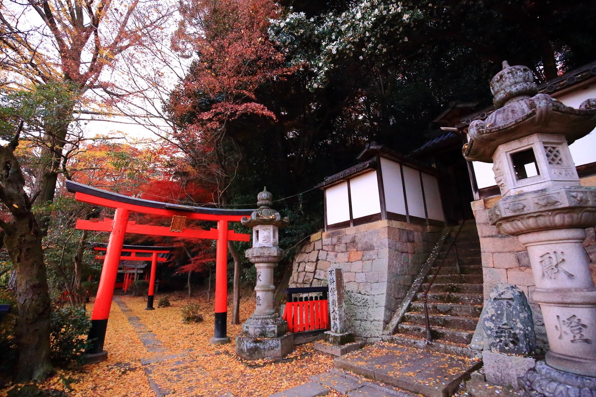 山崎聖天の長い石段の入口と鎮守社