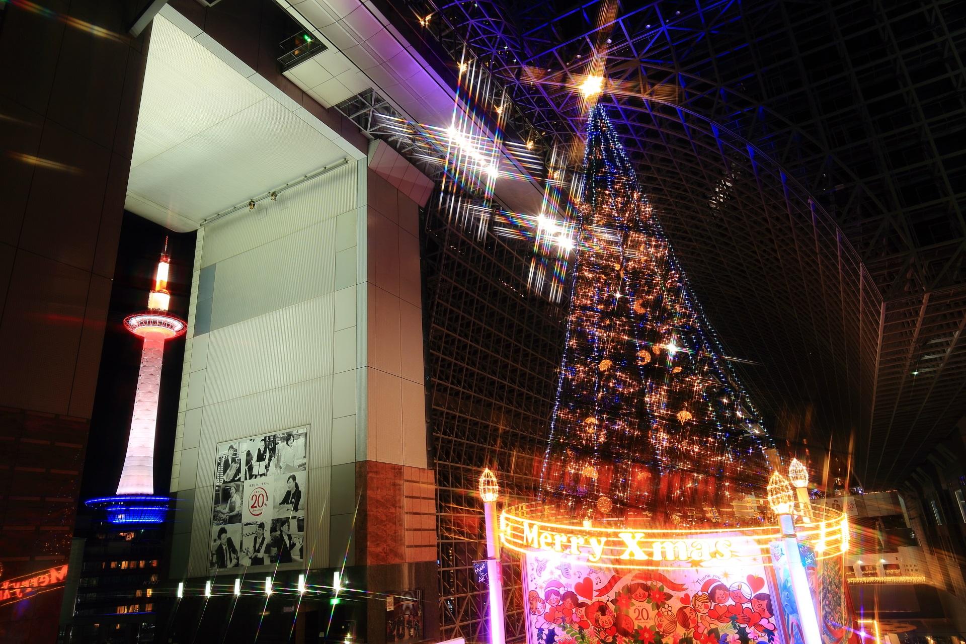 京都タワーと巨大クリスマスツリー