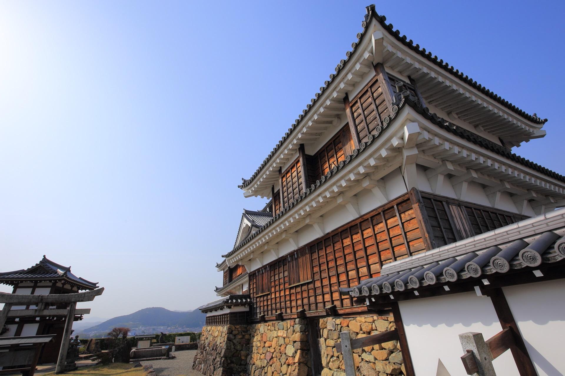 望楼型の天守閣の福知山城