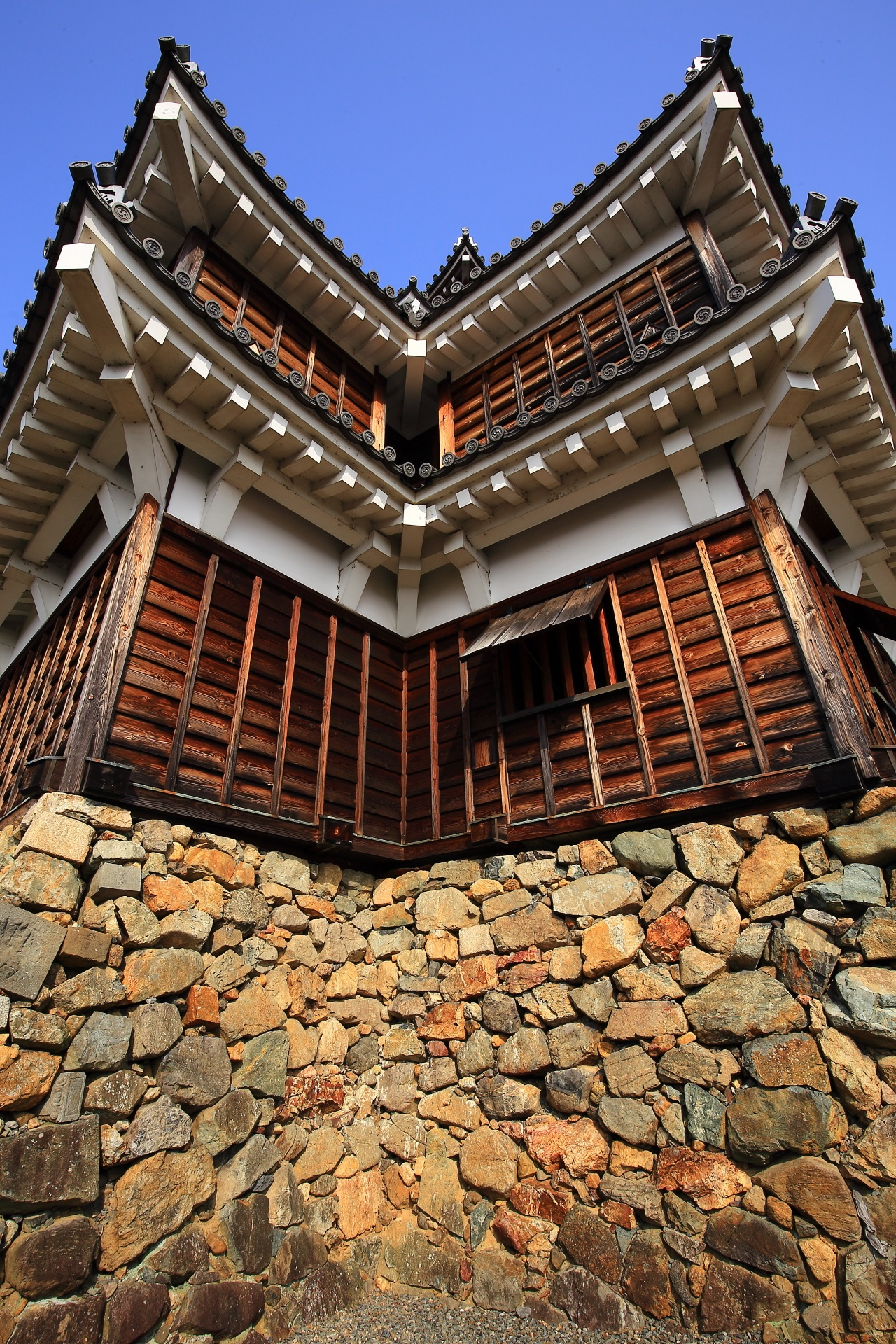 青空の下で佇む福知山城の天守
