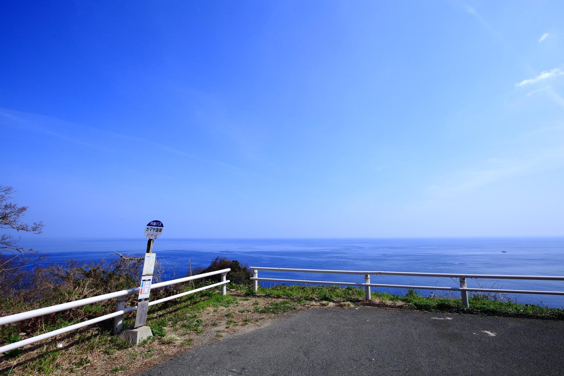 アニメに出てきそうなカマヤ海岸のバス停