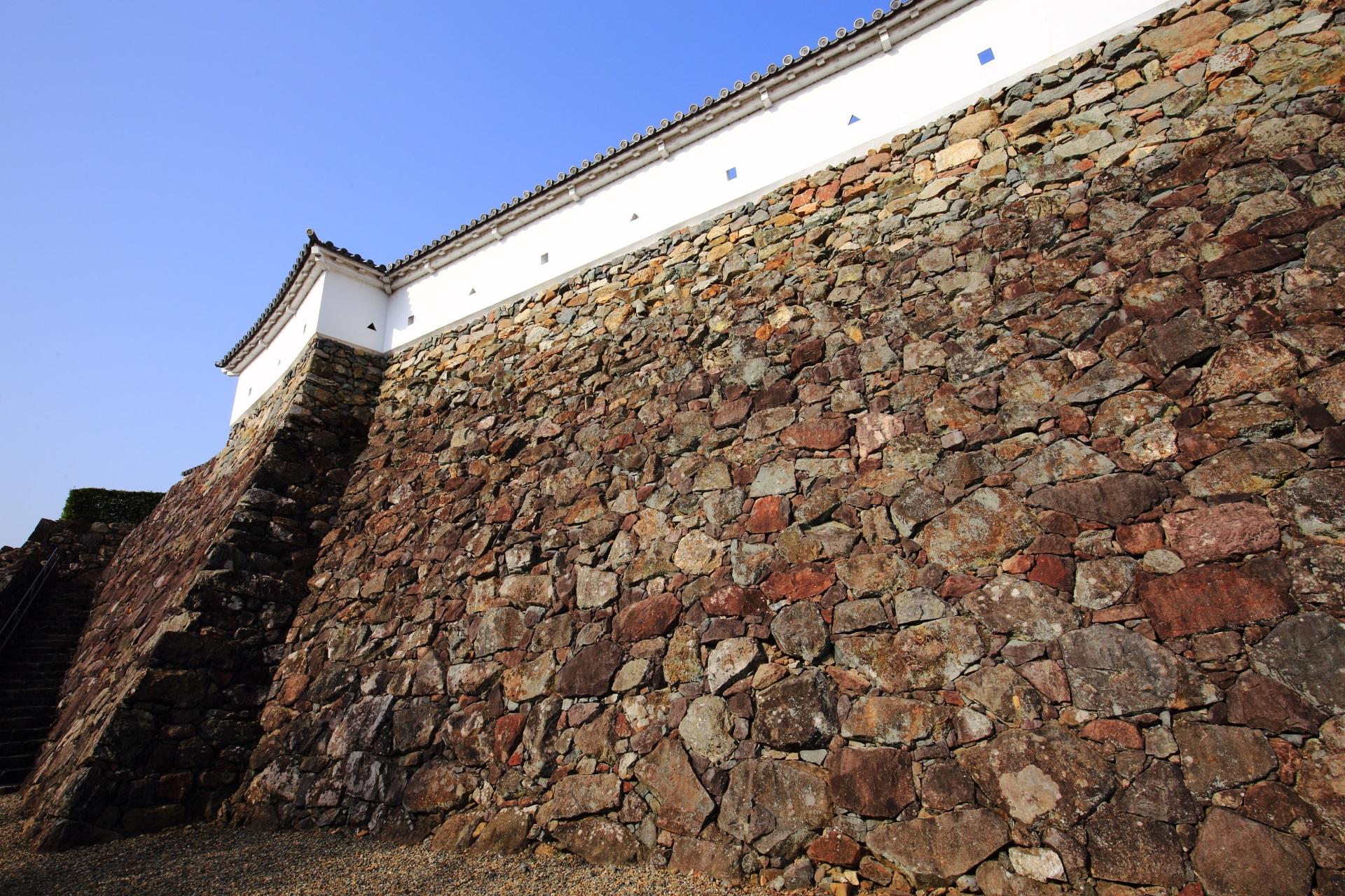 様々な形や大きさの石や岩が用いられる福知山城の石垣