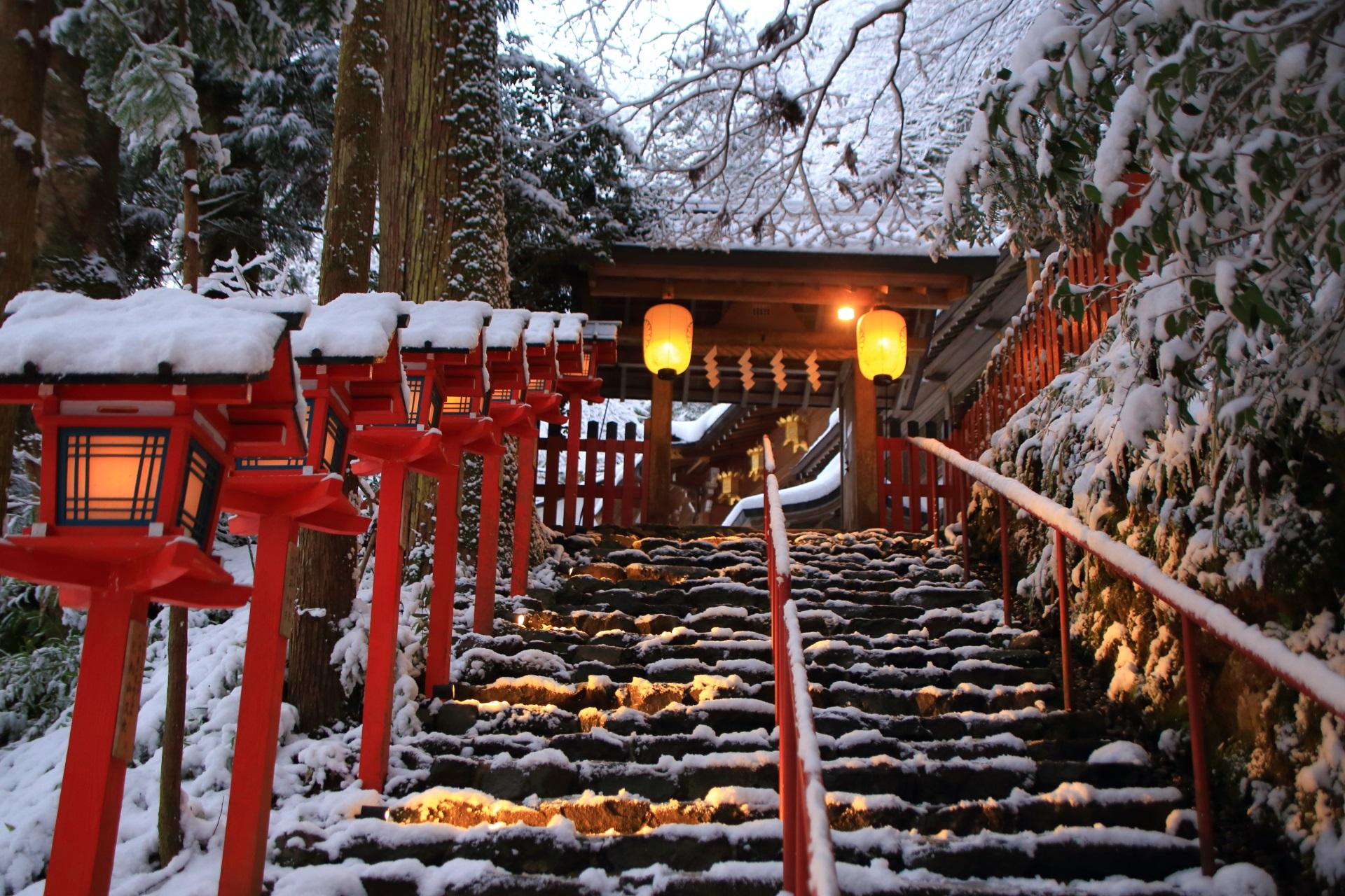 貴船神社の雪の中に佇む明かりの灯る燈籠