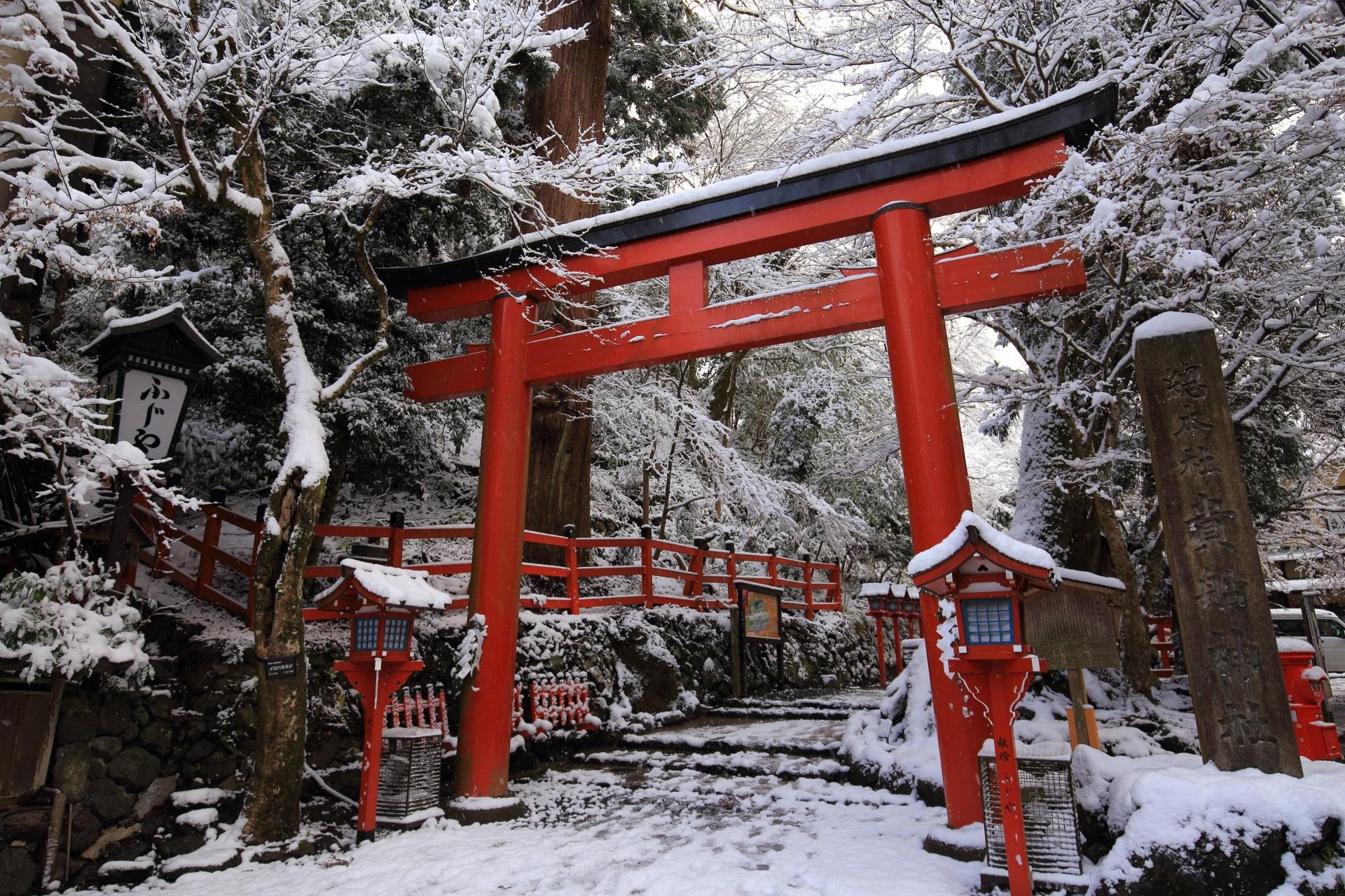 貴船神社の鳥居と雪景色