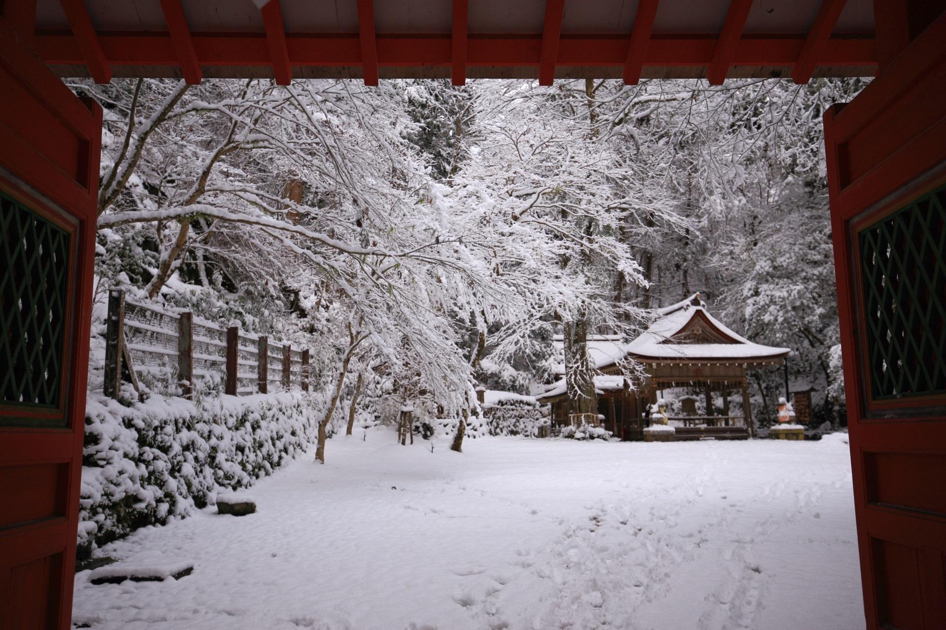 赤い門の奥に広がる白銀の貴船神社奥宮