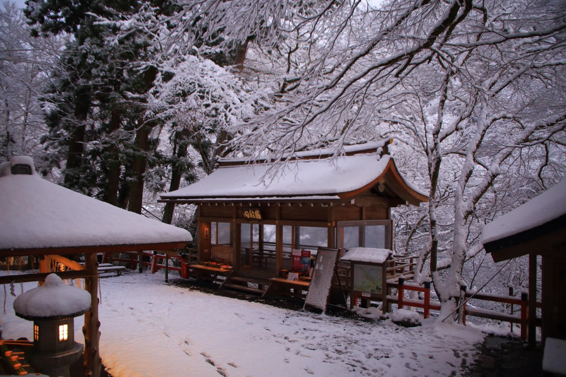 本宮の前から眺めた雪に浮かぶような龍船閣