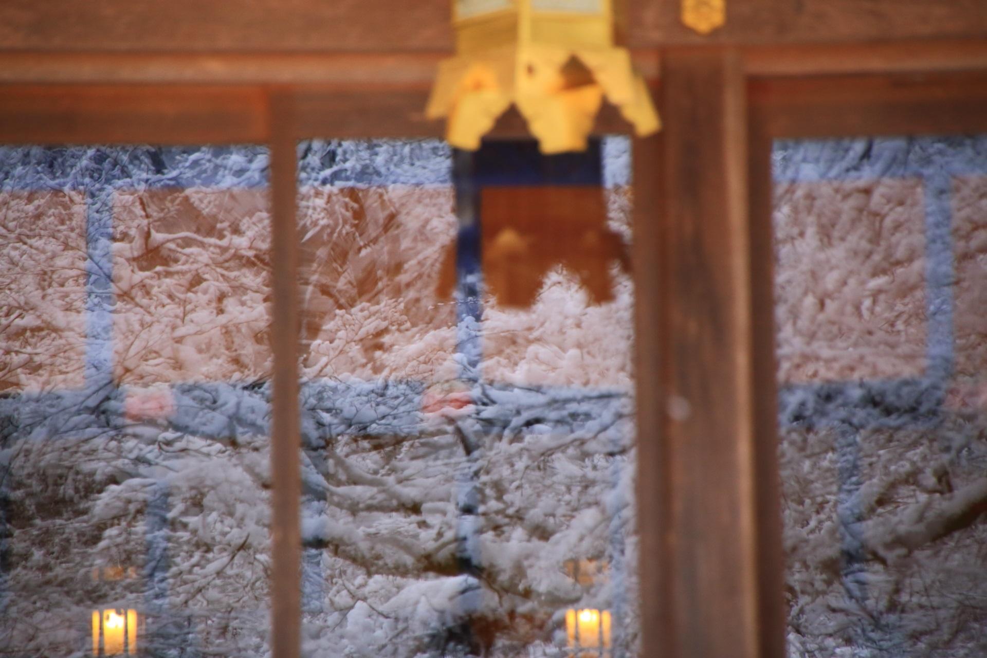 本宮の窓に広がる雪景色