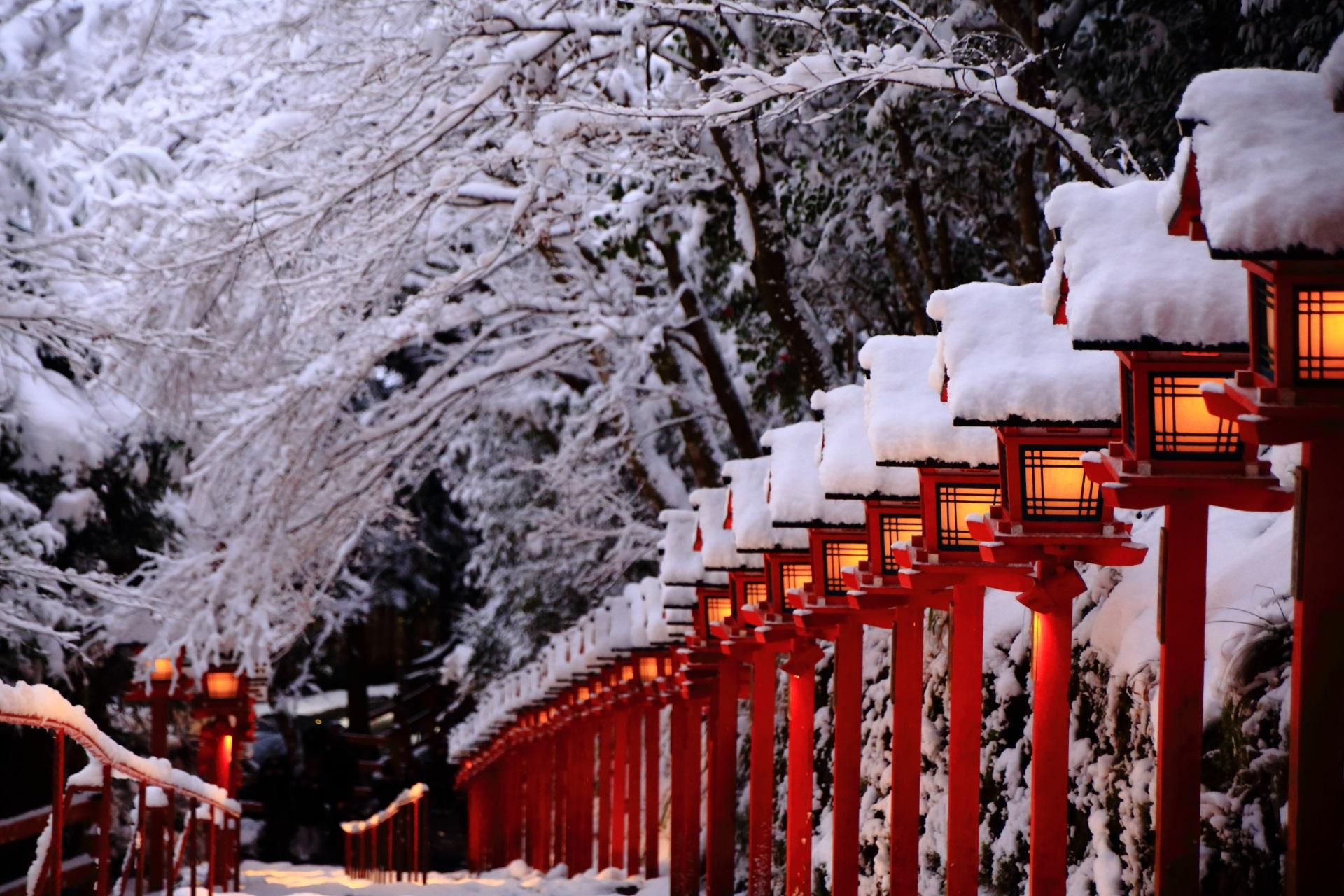貴船神社の雪に染まる明かりの灯る燈籠