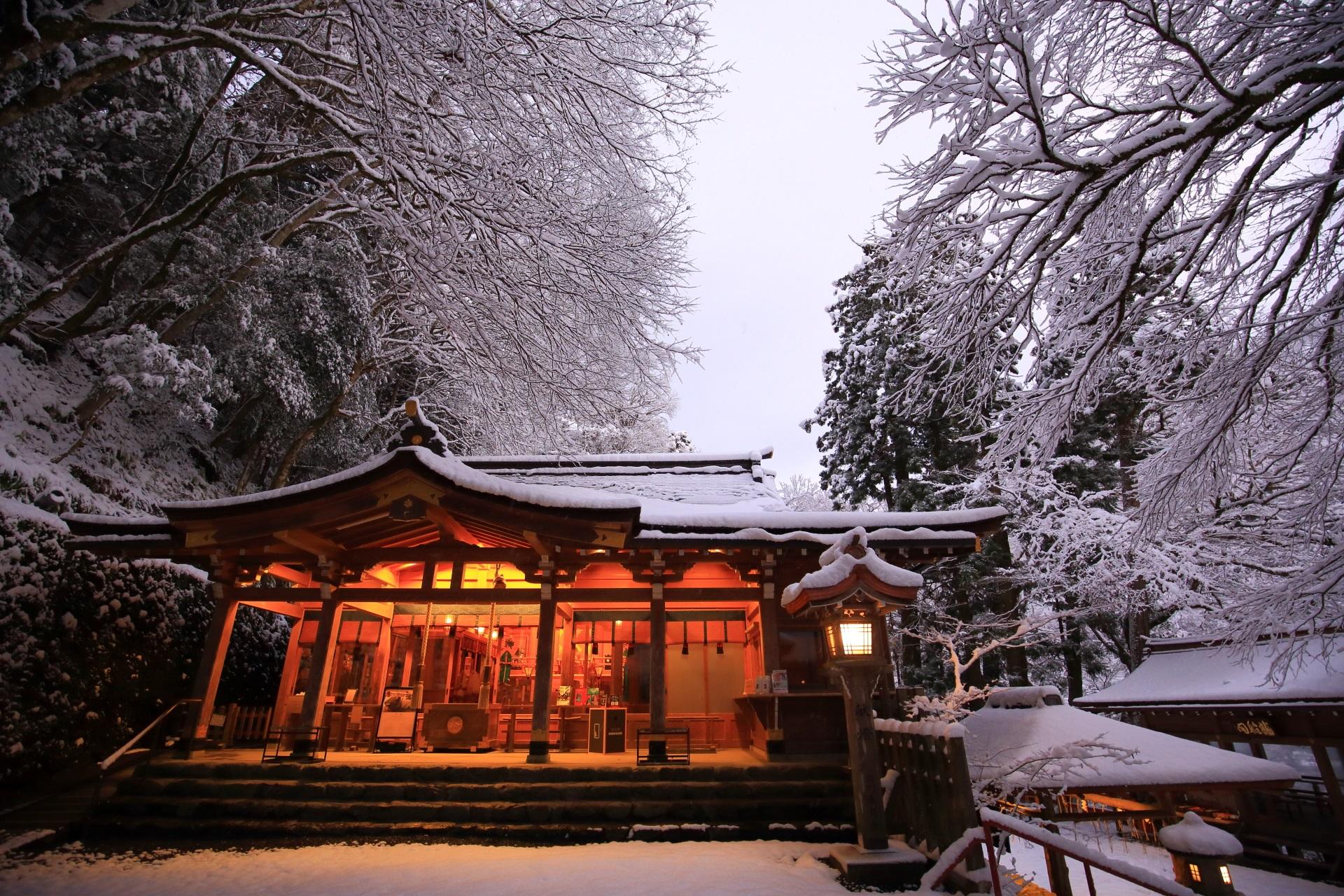 貴船神社の本宮と降り注ぐ雪の花気