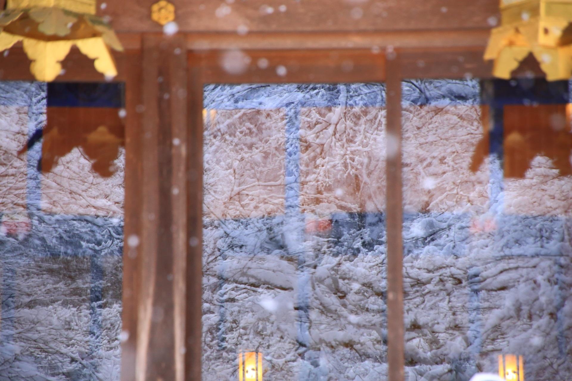 貴船神社の本宮の窓の中の銀世界